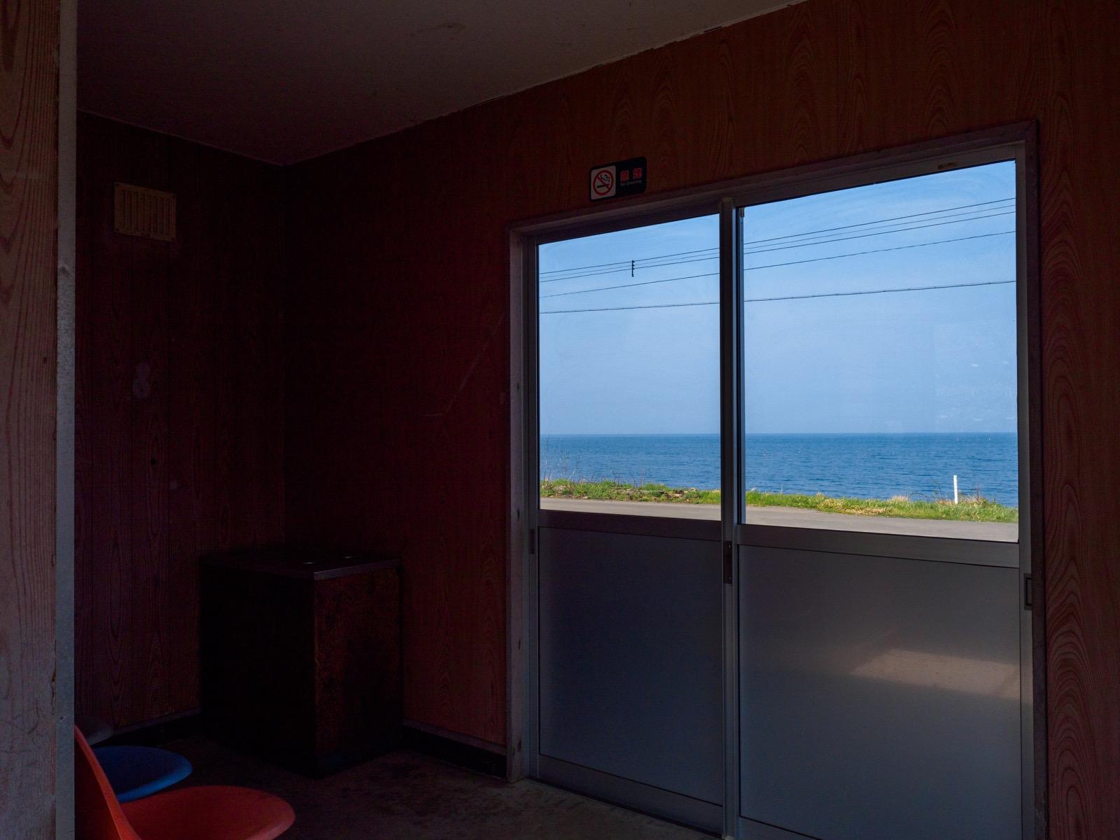 石倉駅の待合室から見た噴火湾(内浦湾)