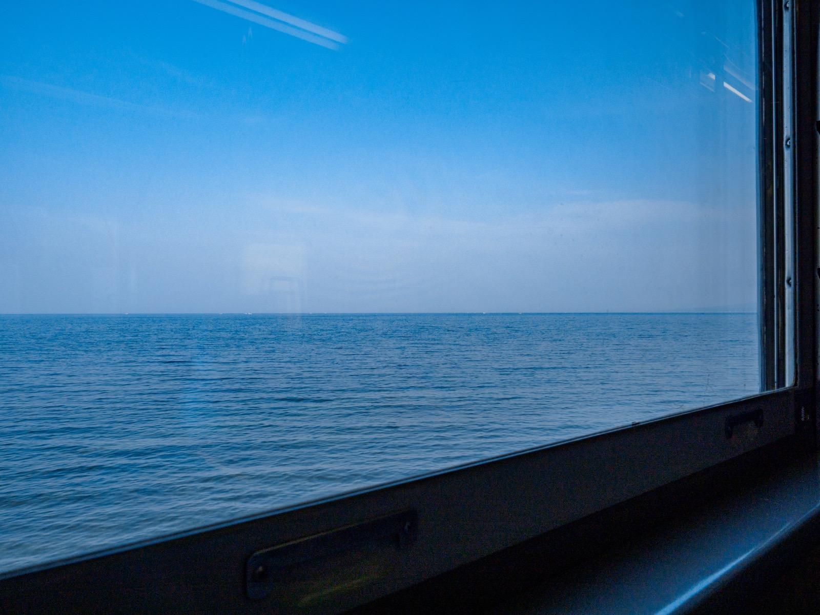 函館本線の車窓に広がる噴火湾(内浦湾)