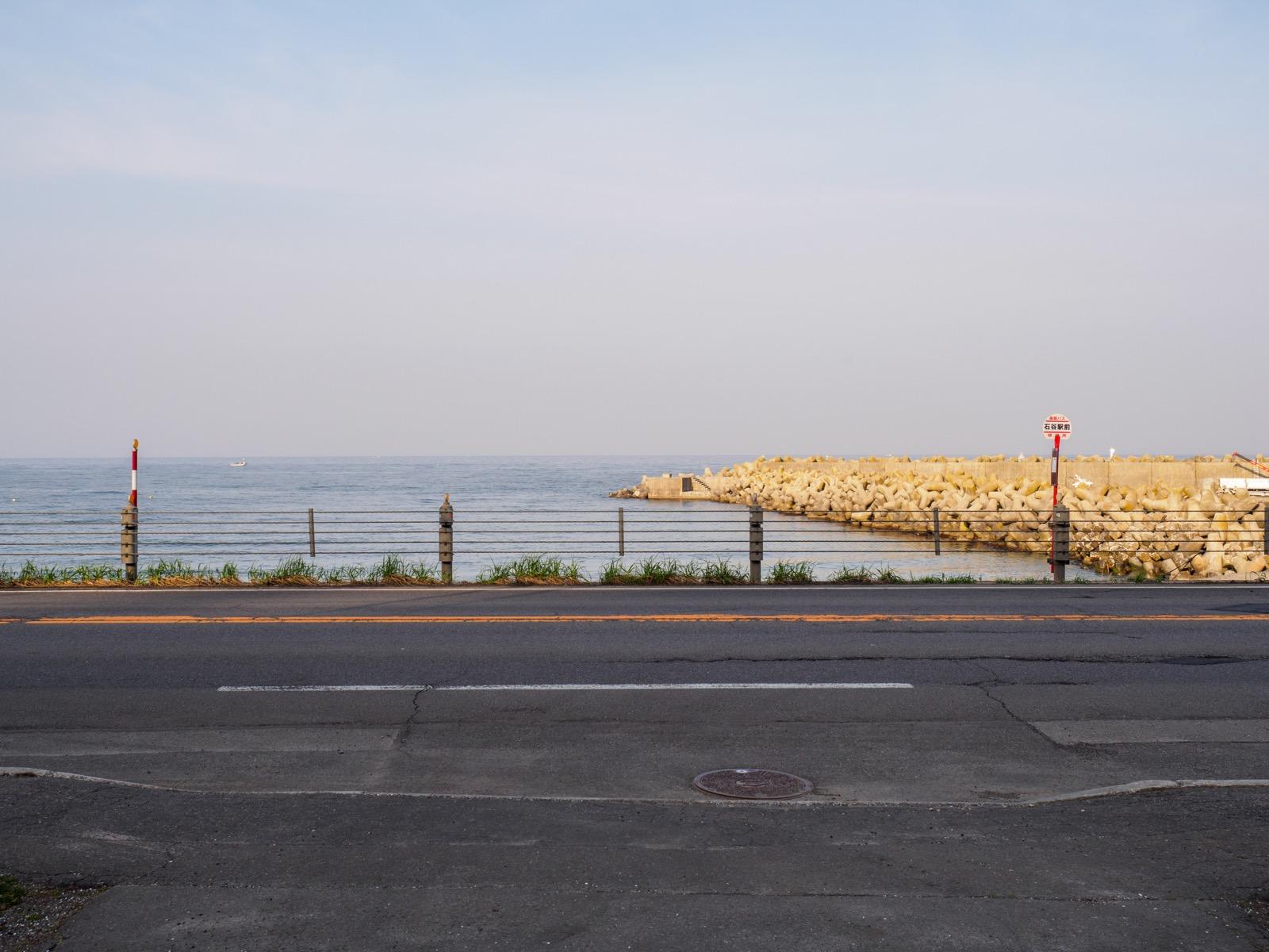 石谷駅前に広がる噴火湾(2018年4月)
