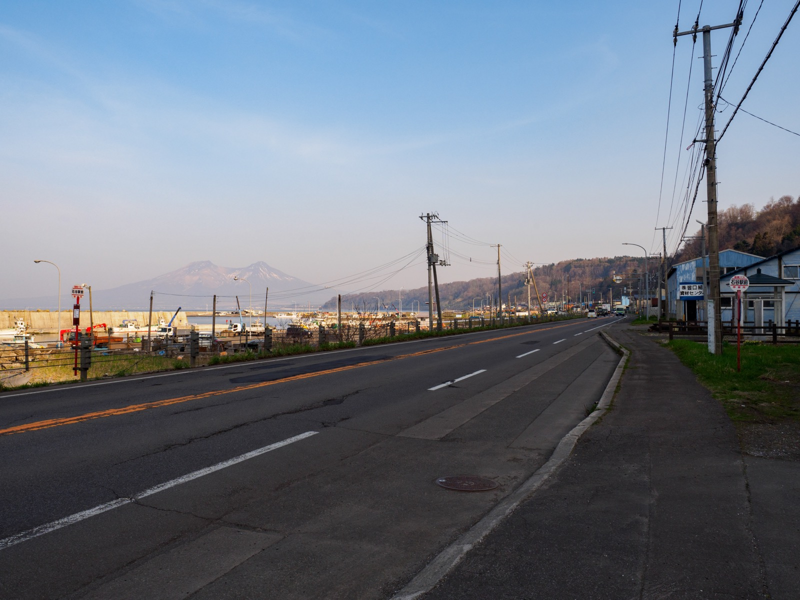 石谷駅前から見た蛯谷漁港と北海道駒ヶ岳(2018年4月)