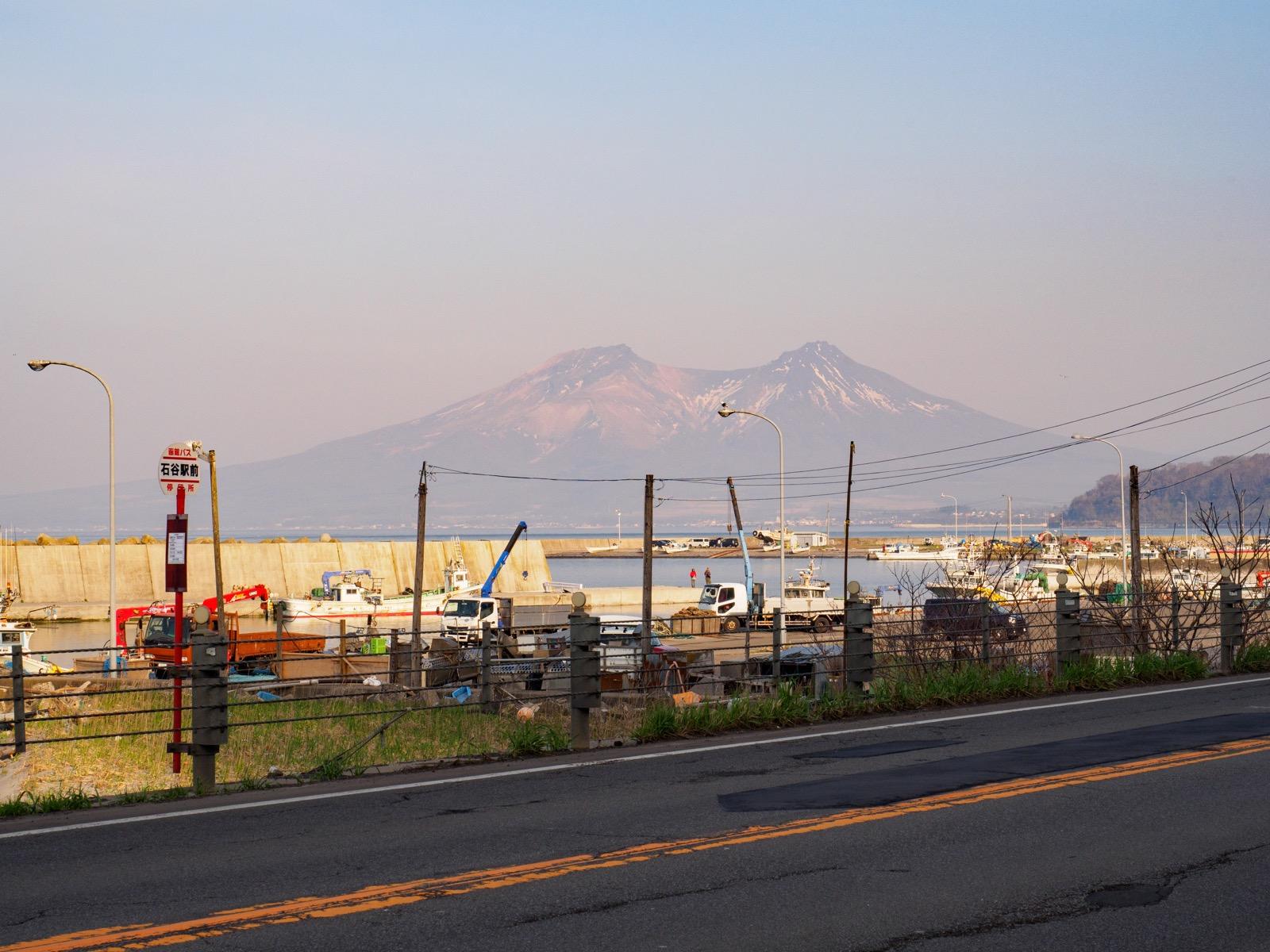 石谷駅前から見た北海道駒ヶ岳(2018年4月)