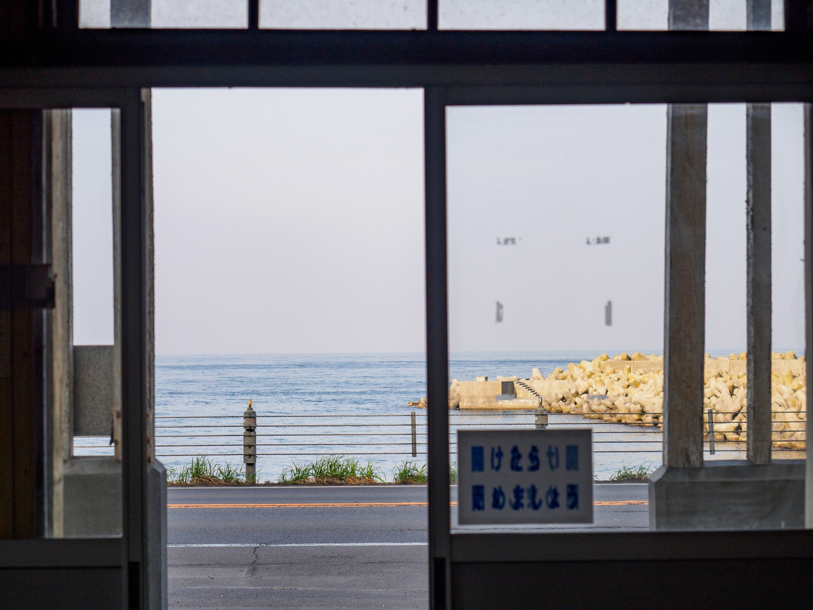 石谷駅の駅舎から見た噴火湾(2018年4月)