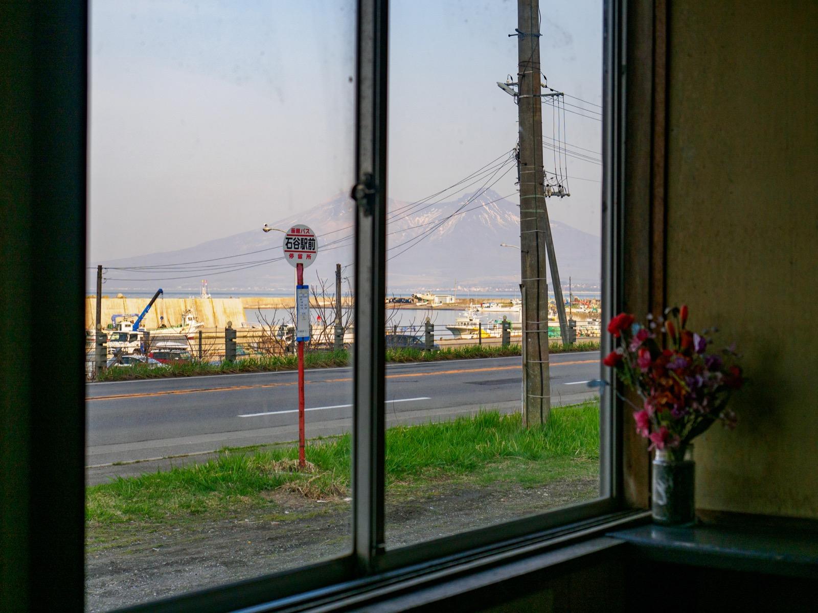 石谷駅の待合室から見た噴火湾と北海道駒ヶ岳(2018年4月)