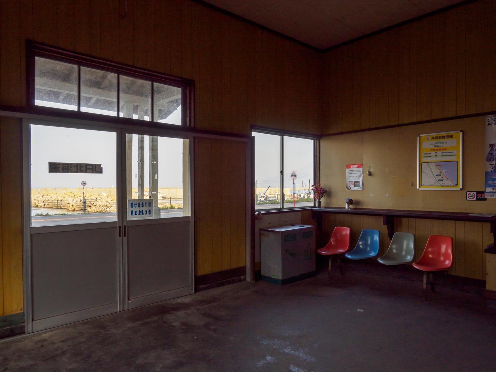石谷駅の待合室(2018年4月)