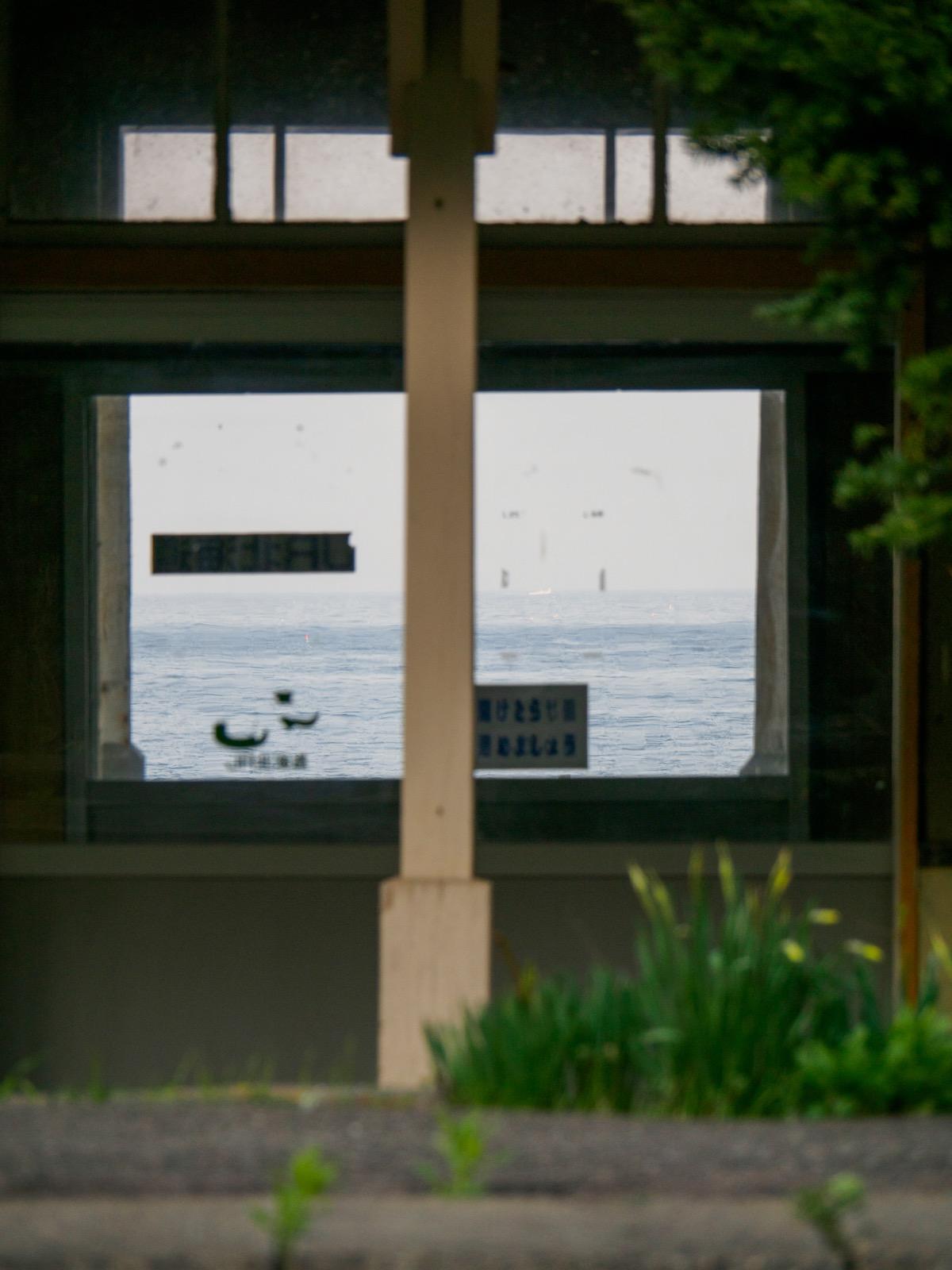 石谷駅の駅舎越しに見た噴火湾(2018年4月)