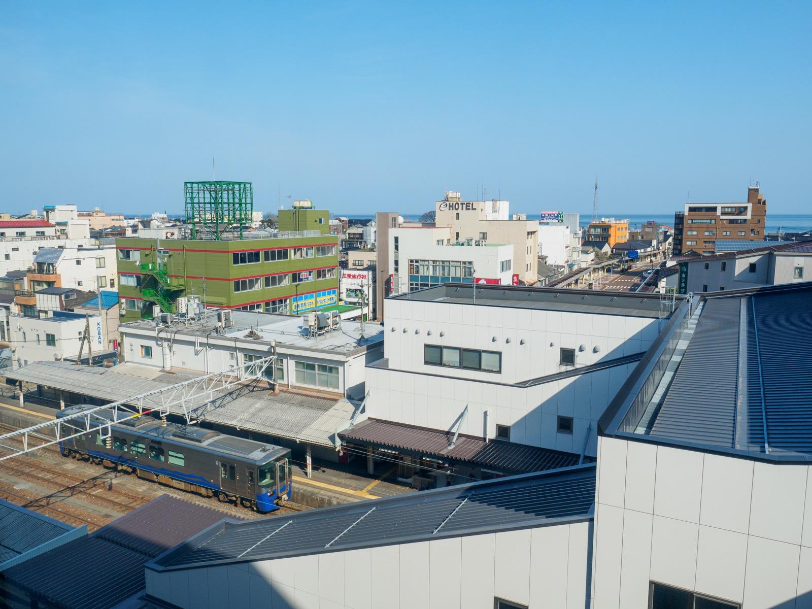 北陸新幹線糸魚川駅のホームから見た在来線ホームと糸魚川市街(2017年4月)