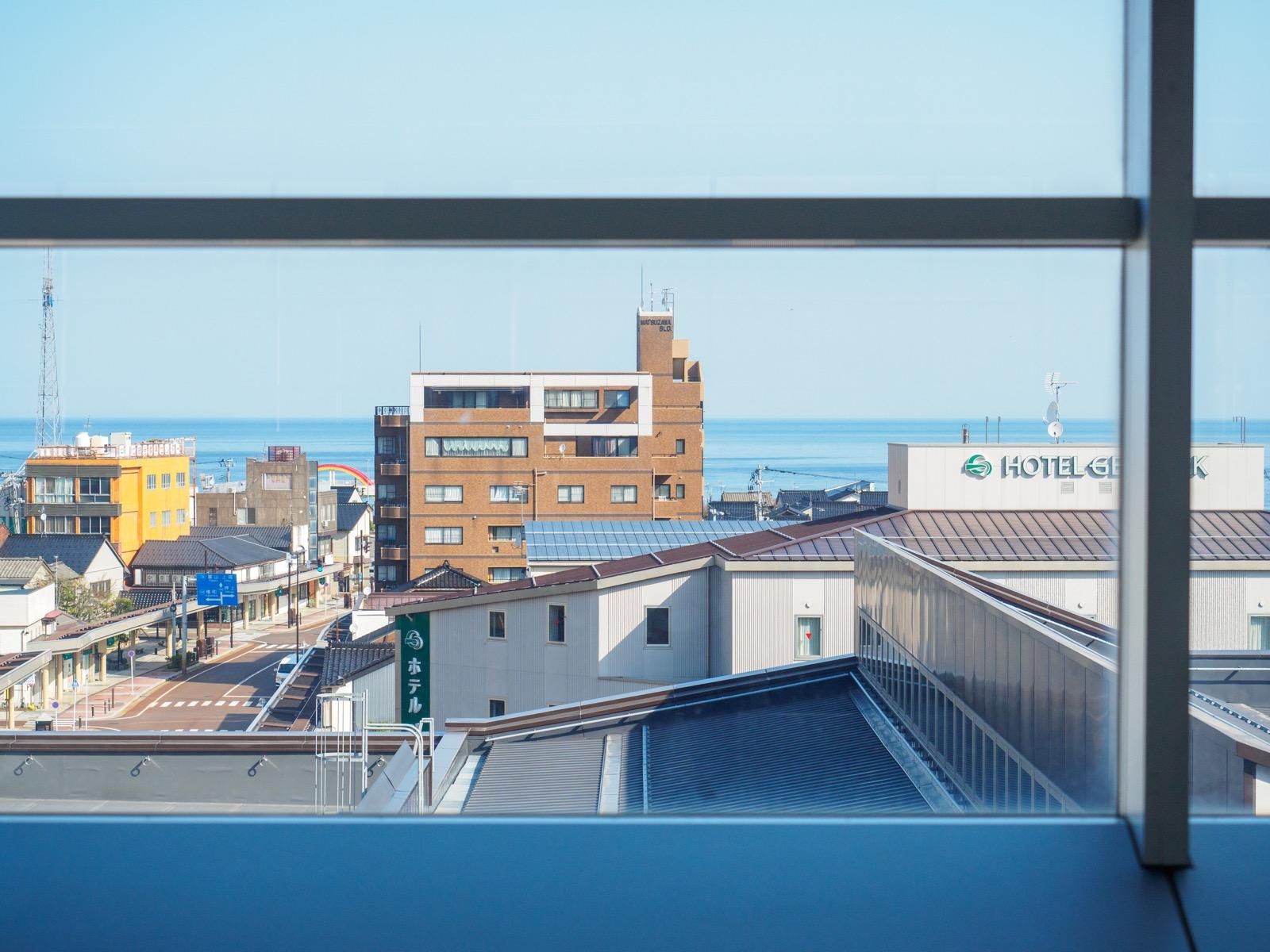 北陸新幹線糸魚川駅のホームから見た糸魚川市街と日本海(2017年4月)