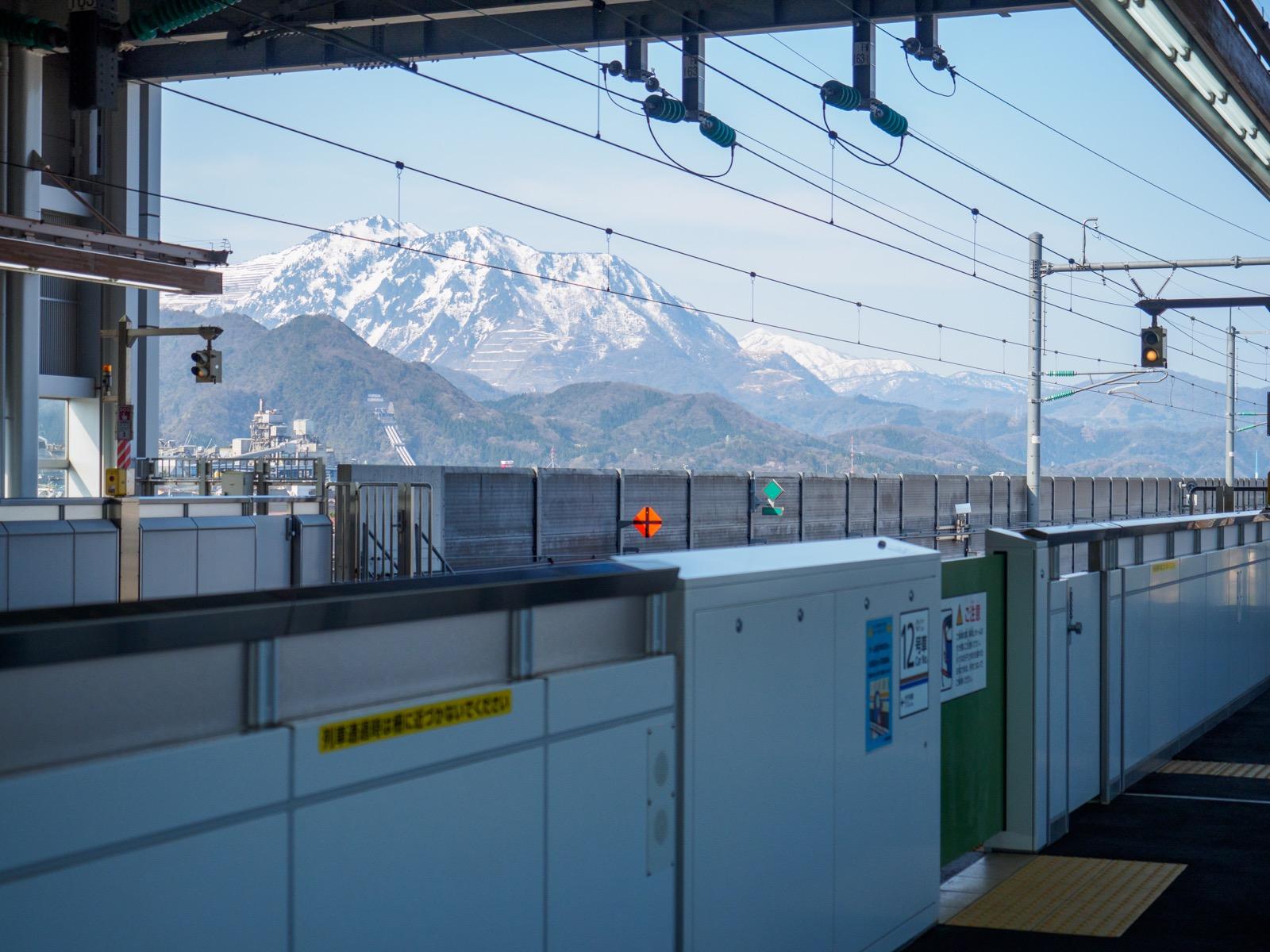 北陸新幹線糸魚川駅のホームから見たアルプスの山並み(2017年4月)