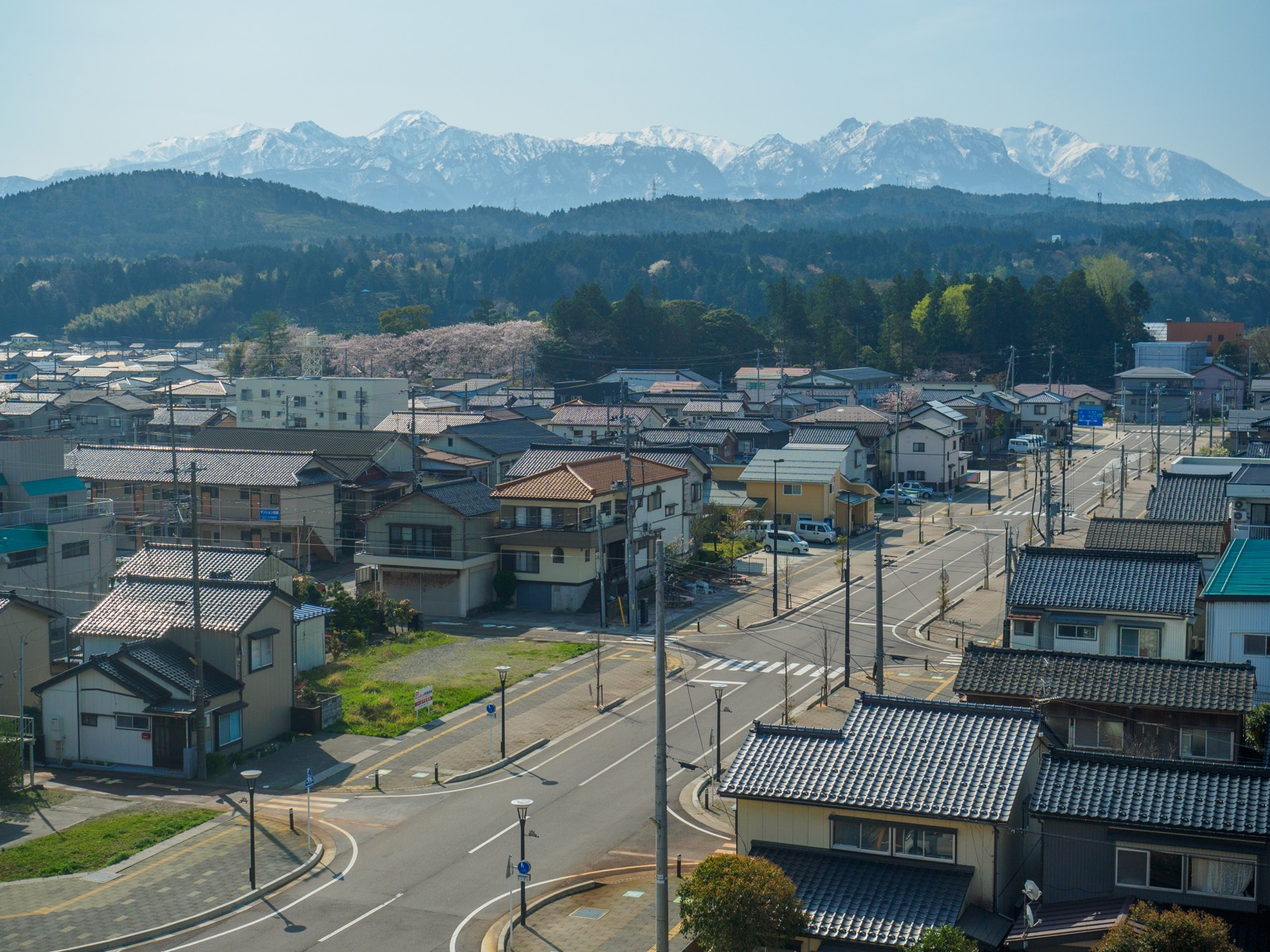 北陸新幹線糸魚川駅のホームから見たアルプス口(南口)の駅前とアルプスの山並み(2017年4月)