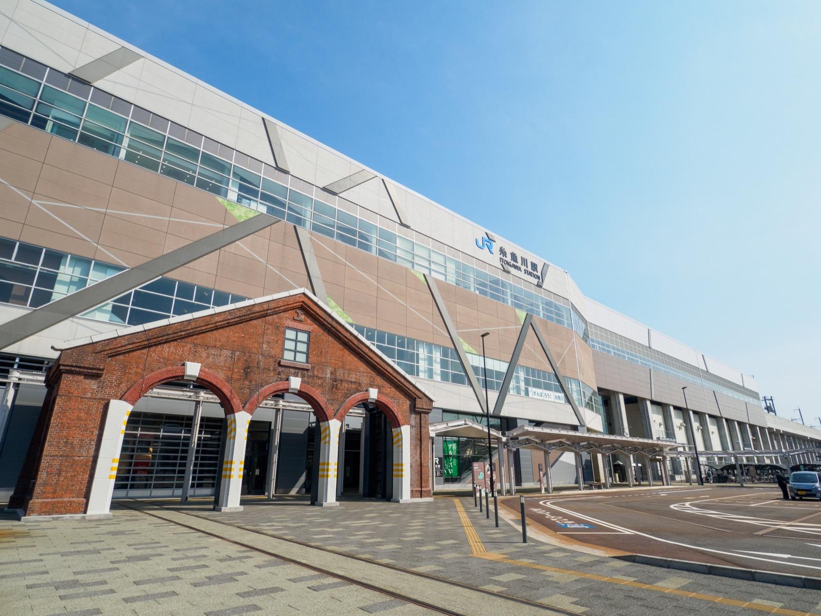 糸魚川駅アルプス口(南口)の駅舎(2017年4月)