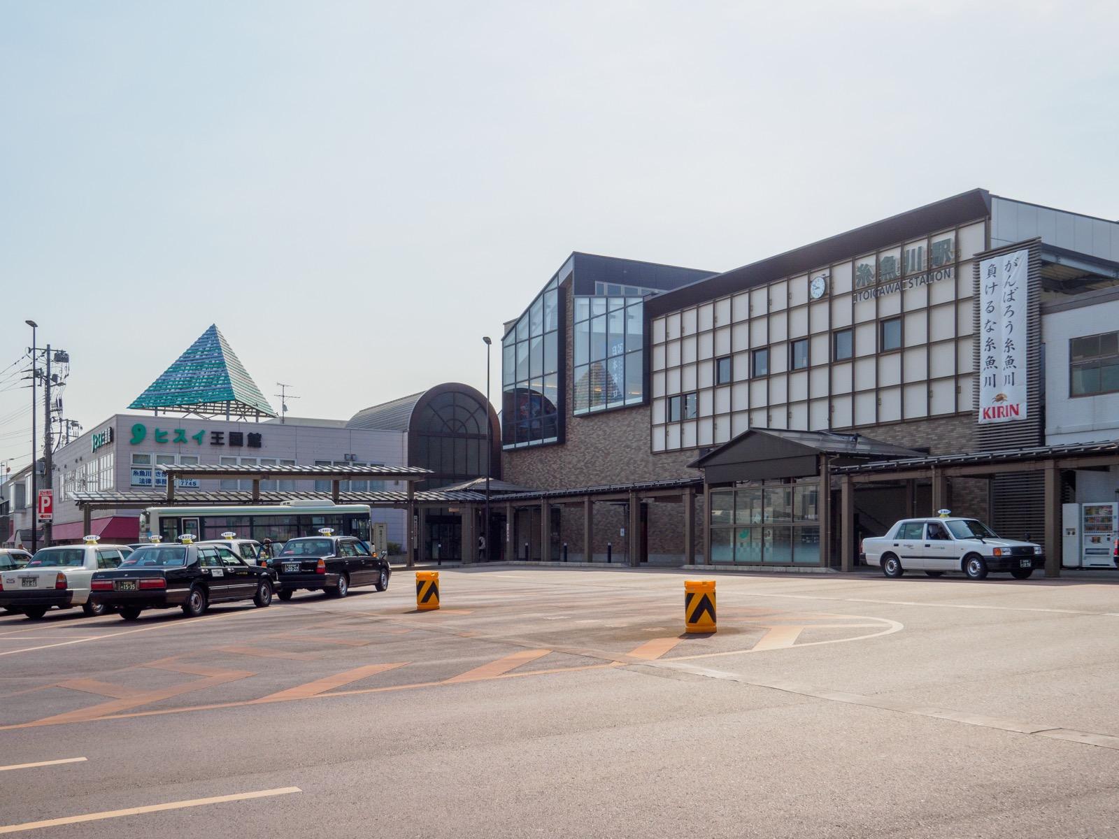糸魚川駅日本海口(北口)の駅舎(2017年4月)