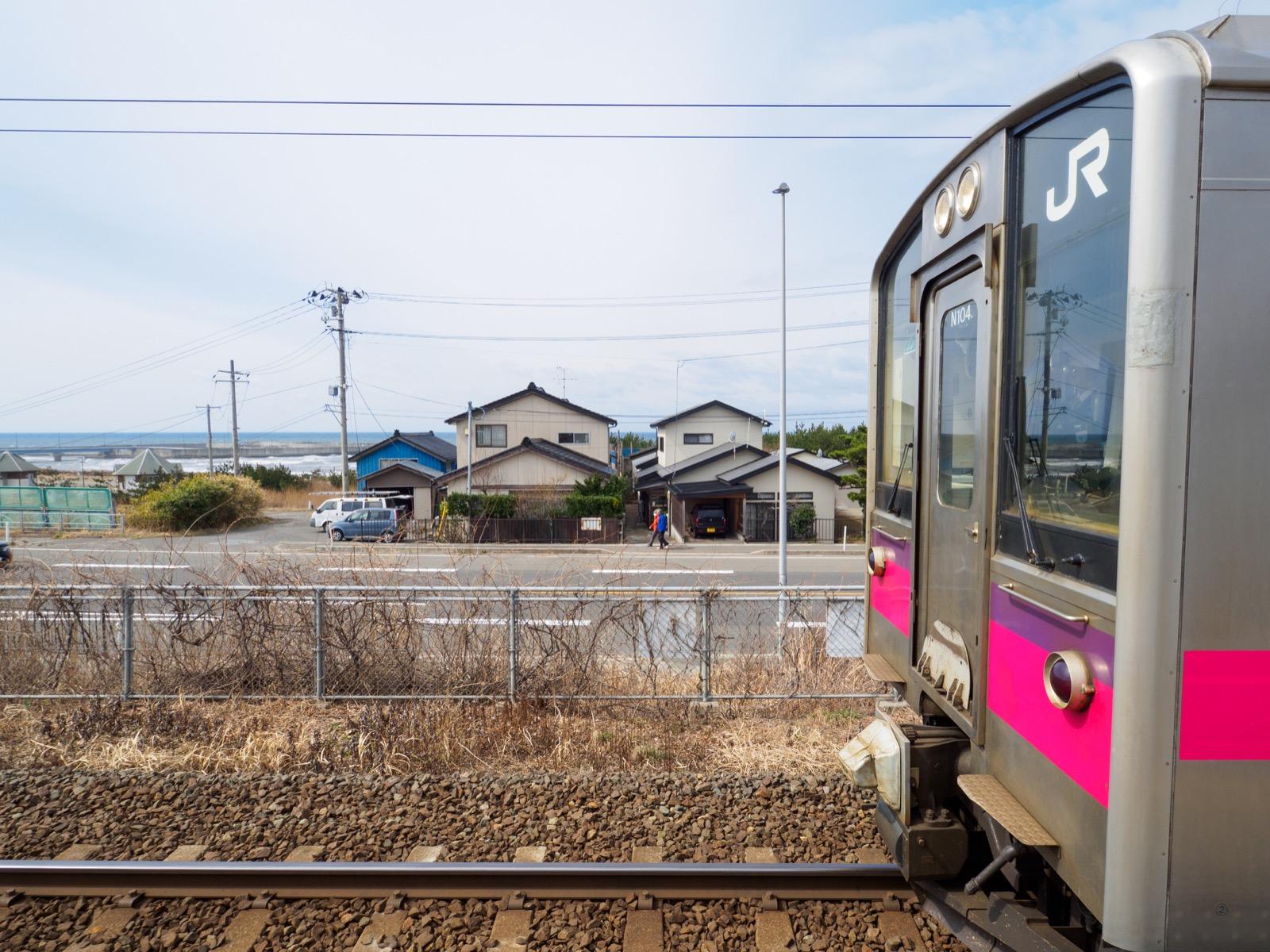 岩城みなと駅のホームから見た日本海(2016年3月)