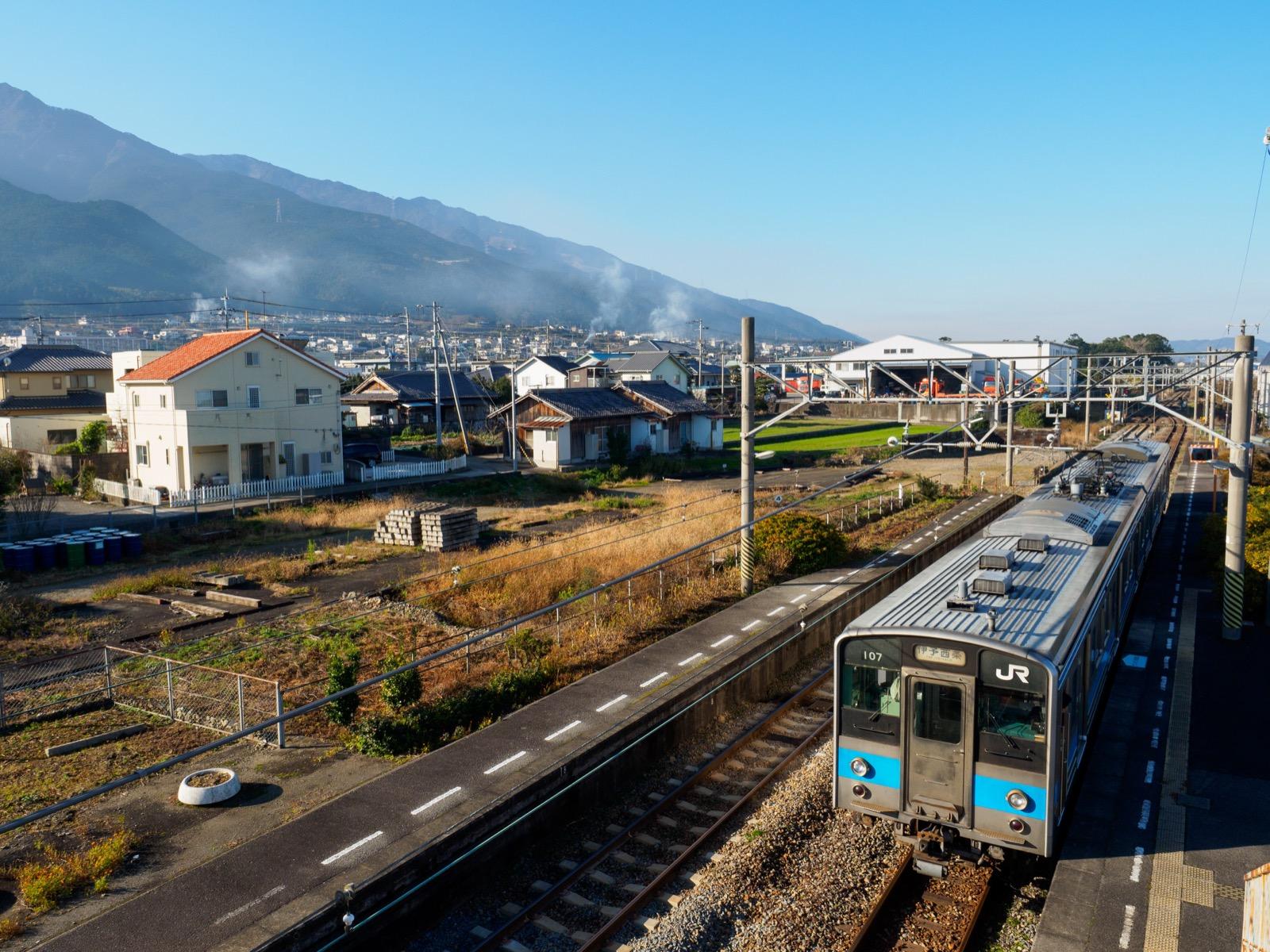 伊予寒川駅の跨線橋から見た法皇山脈