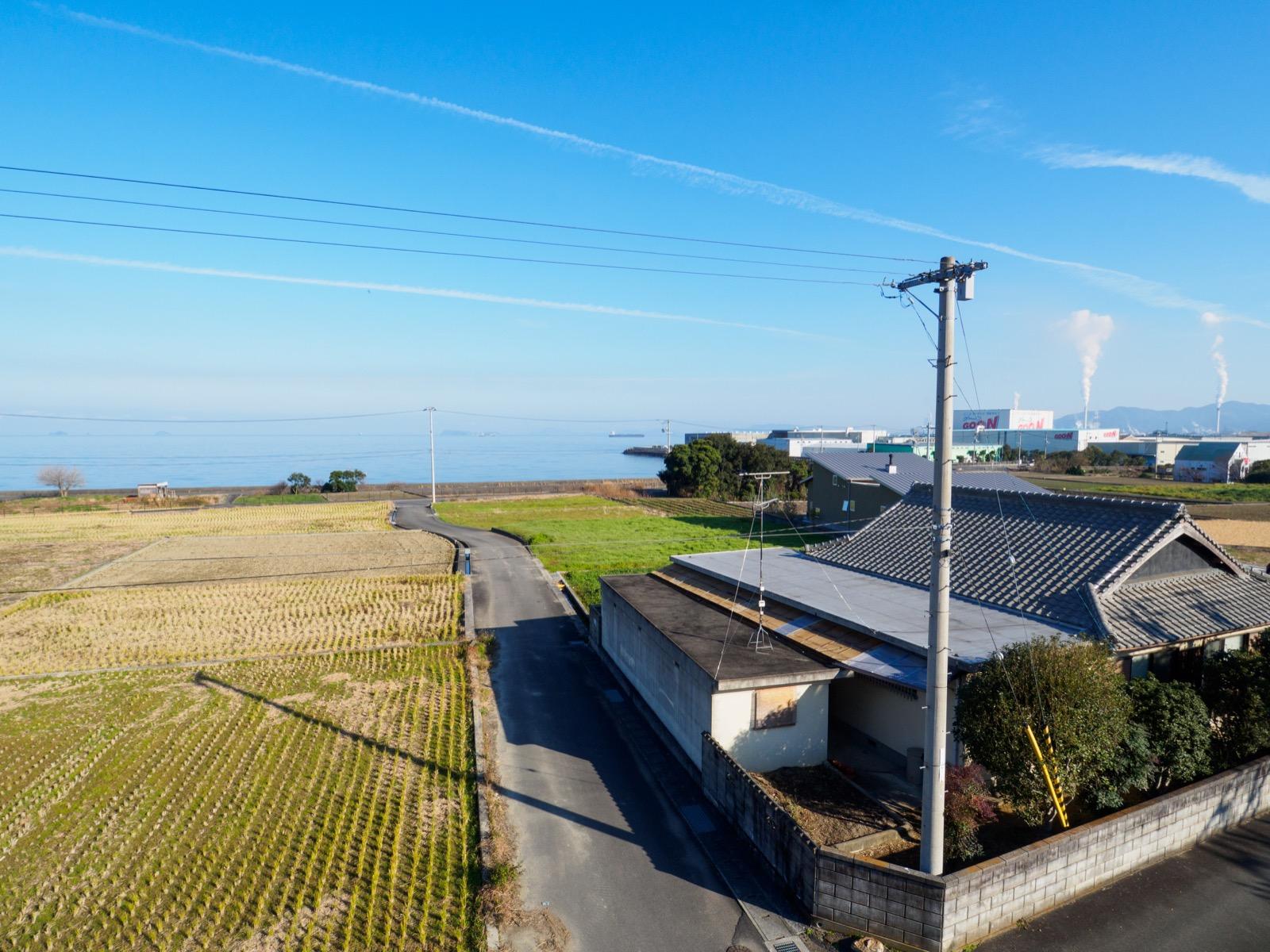 伊予寒川駅の跨線橋から見た燧灘と製紙工場群