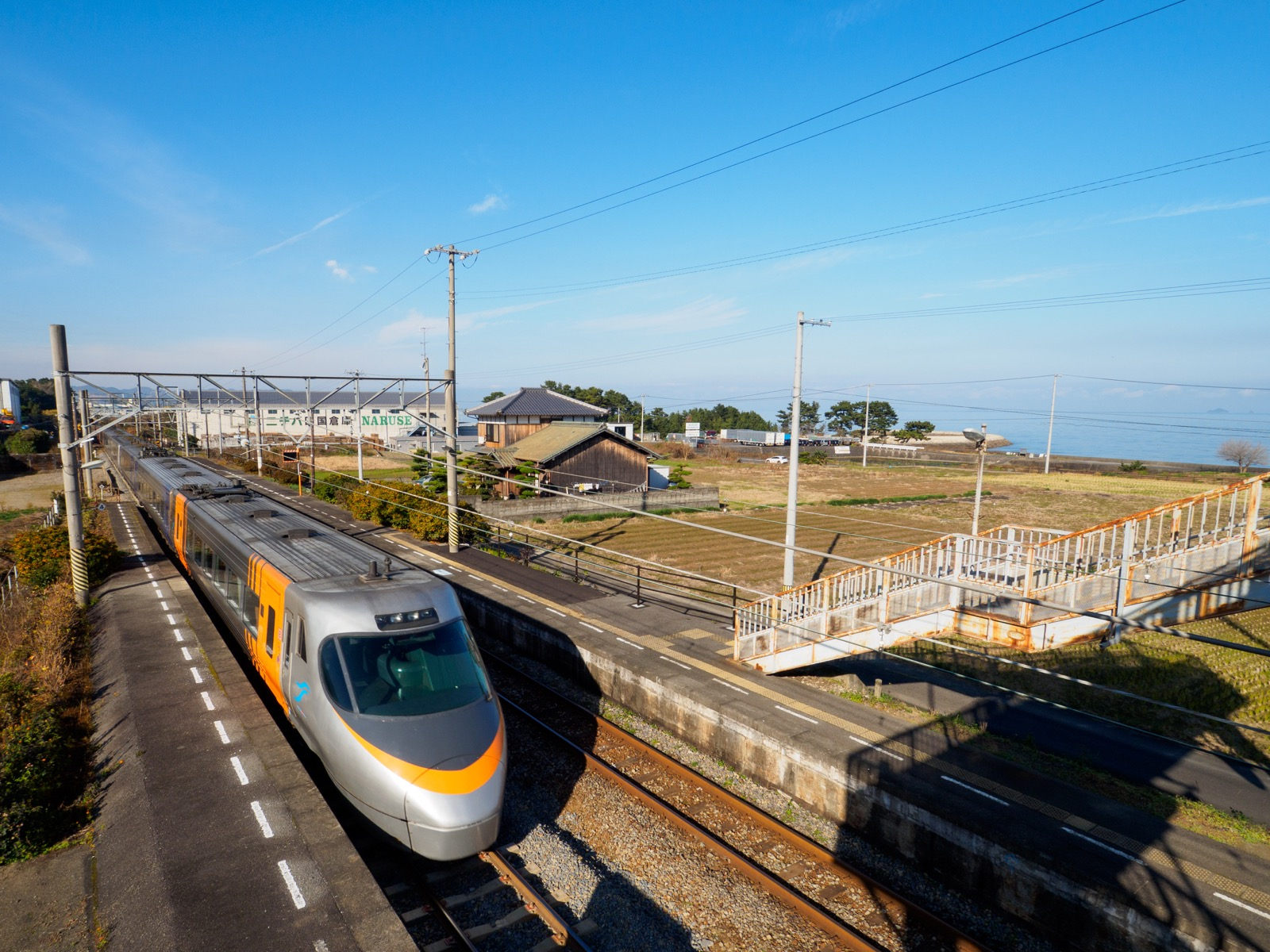 伊予寒川駅を通過する特急列車