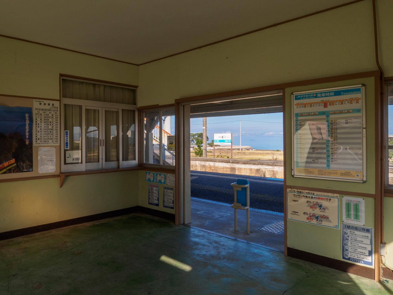 伊予寒川駅の駅舎から見た海