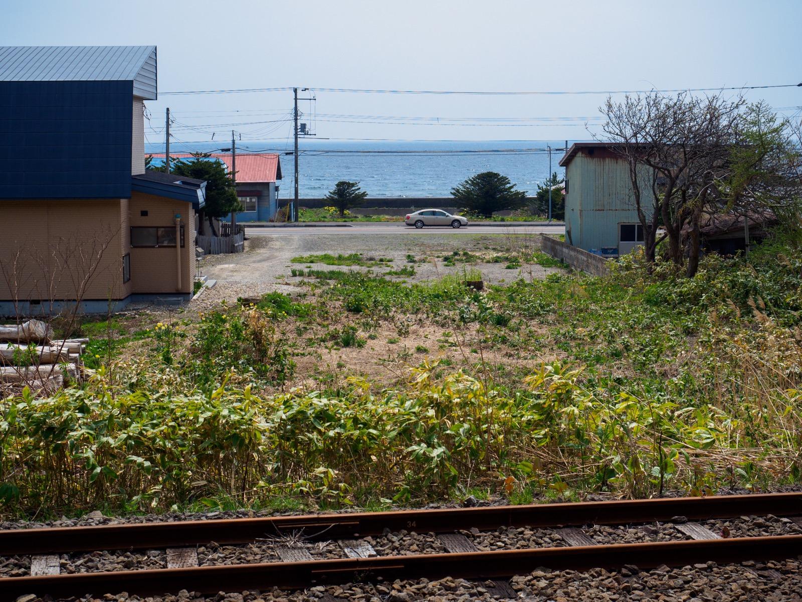 泉沢駅のホーうから見た津軽海峡