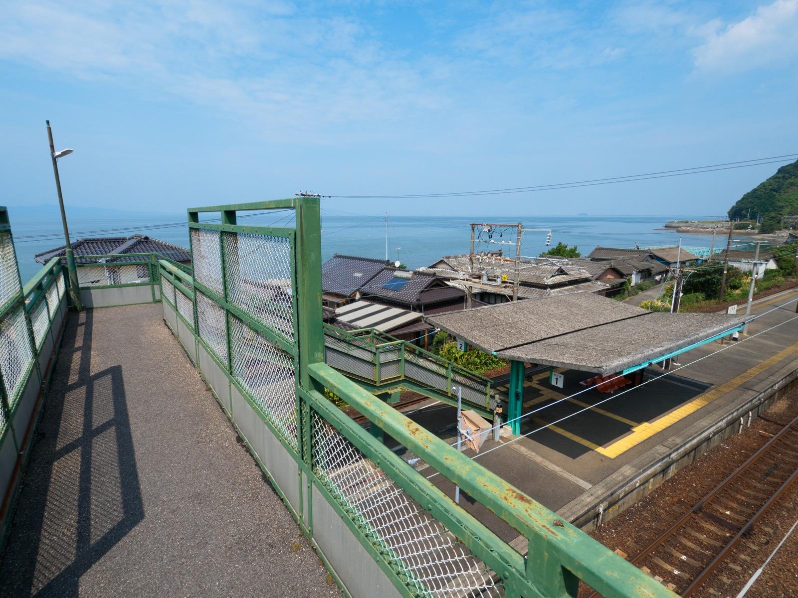 上田浦駅の跨線橋から見る八代海