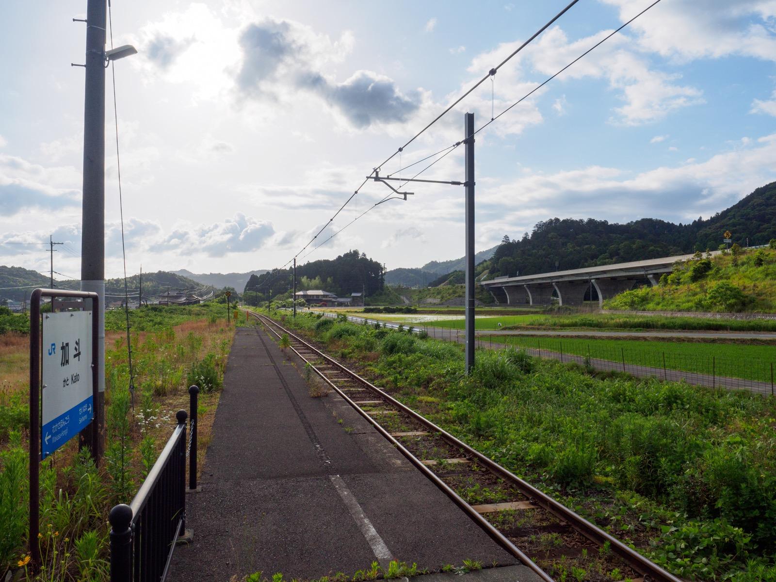 加斗駅のホームと舞鶴若狭自動車道