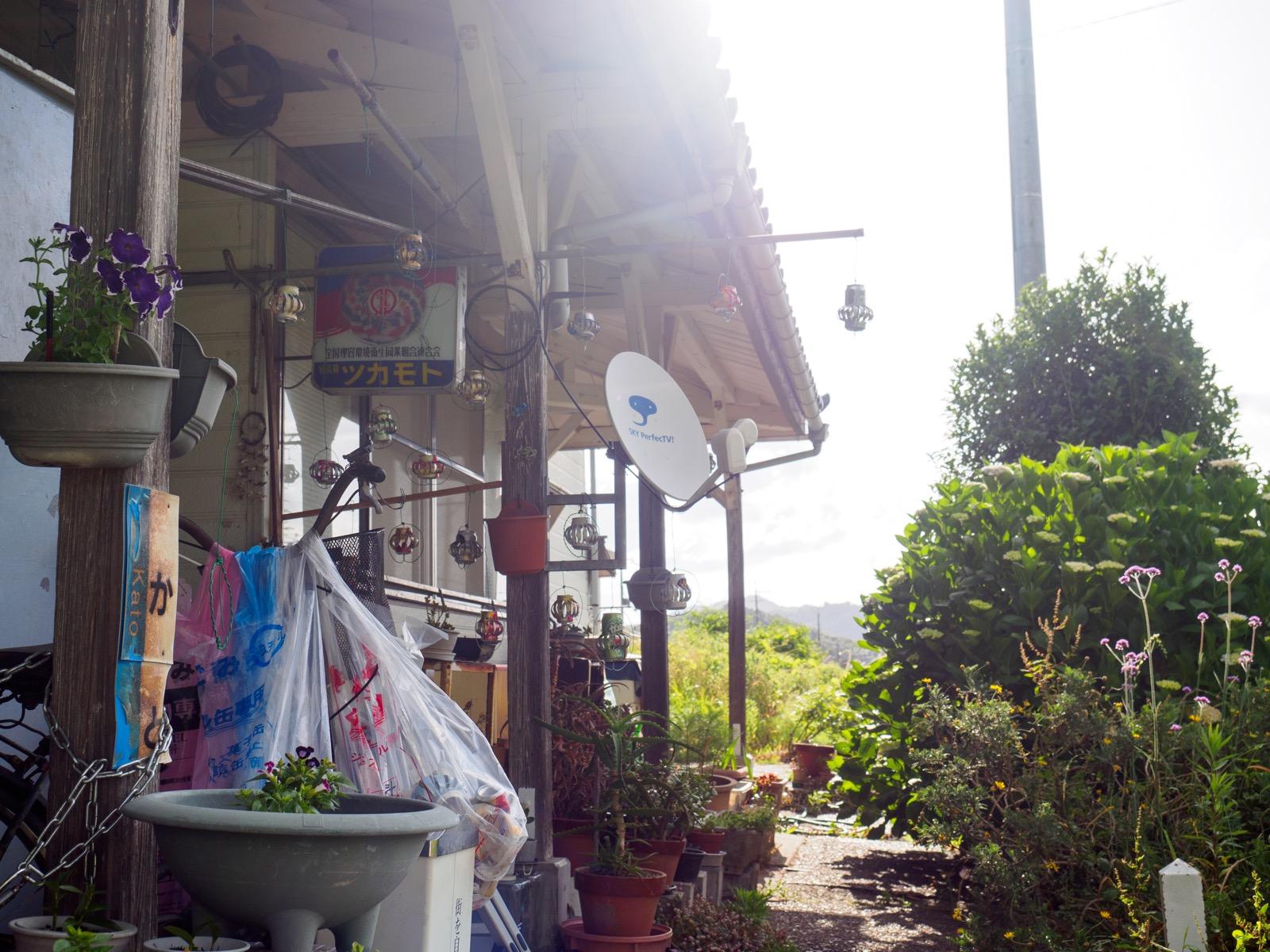 加斗駅の駅舎と理髪店の看板