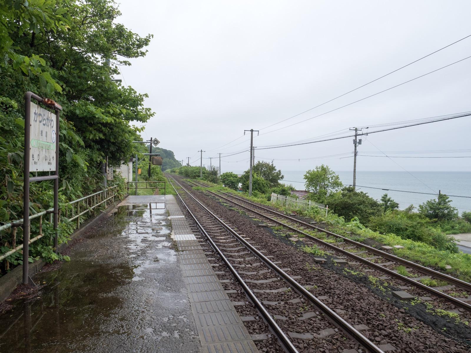 桂川駅のホームと内浦湾