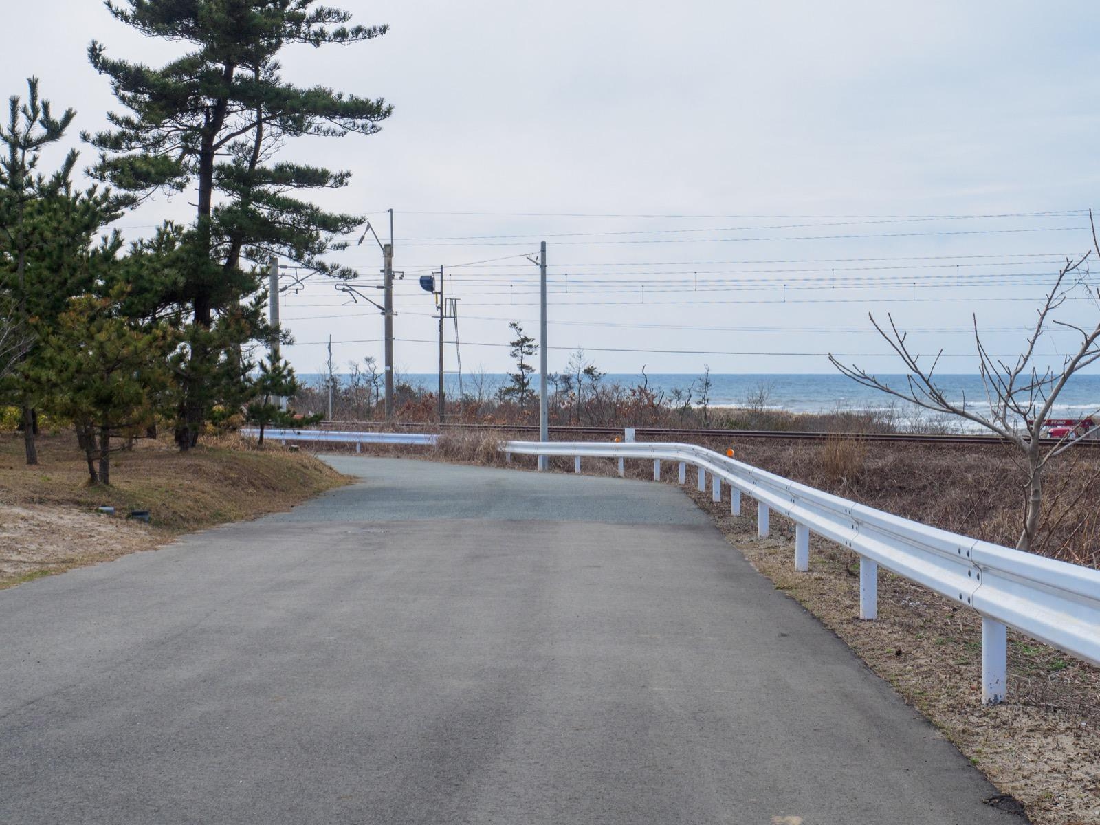 桂根駅前の道から見た日本海