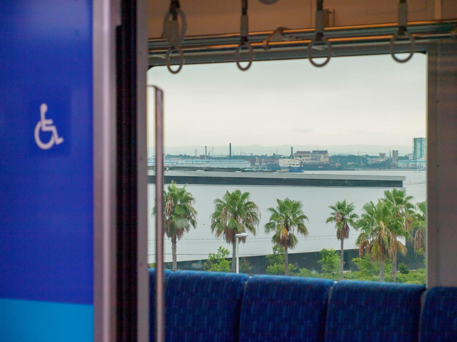 金城ふ頭駅に到着した列車の車窓から見た名古屋港