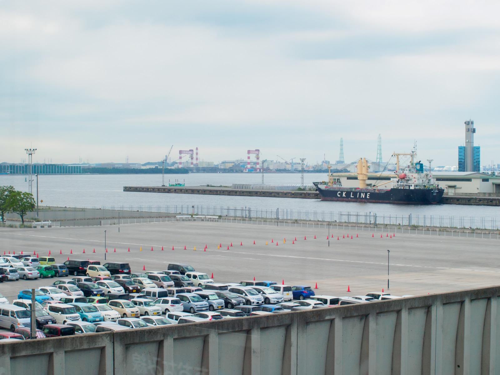 金城ふ頭駅のホームから見た名古屋港