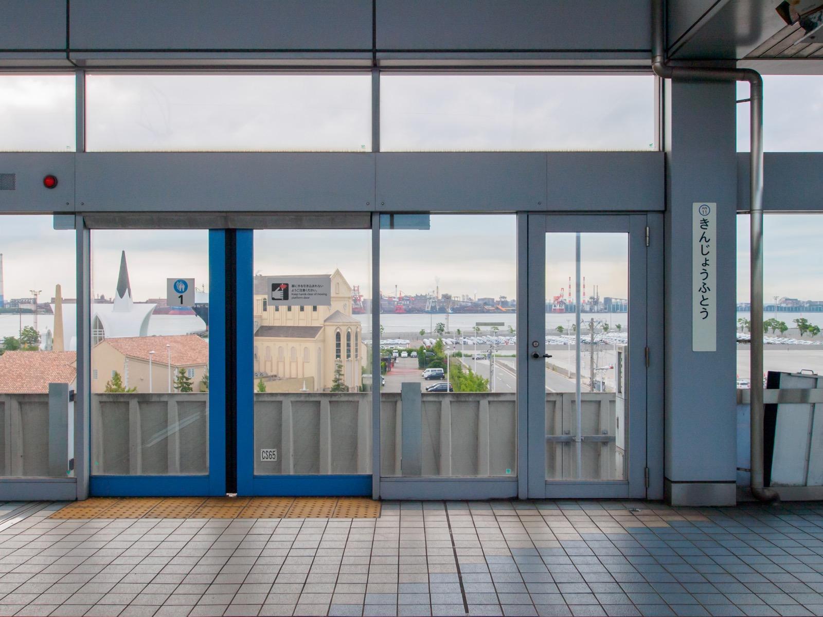 金城ふ頭駅のホームから見える名古屋港