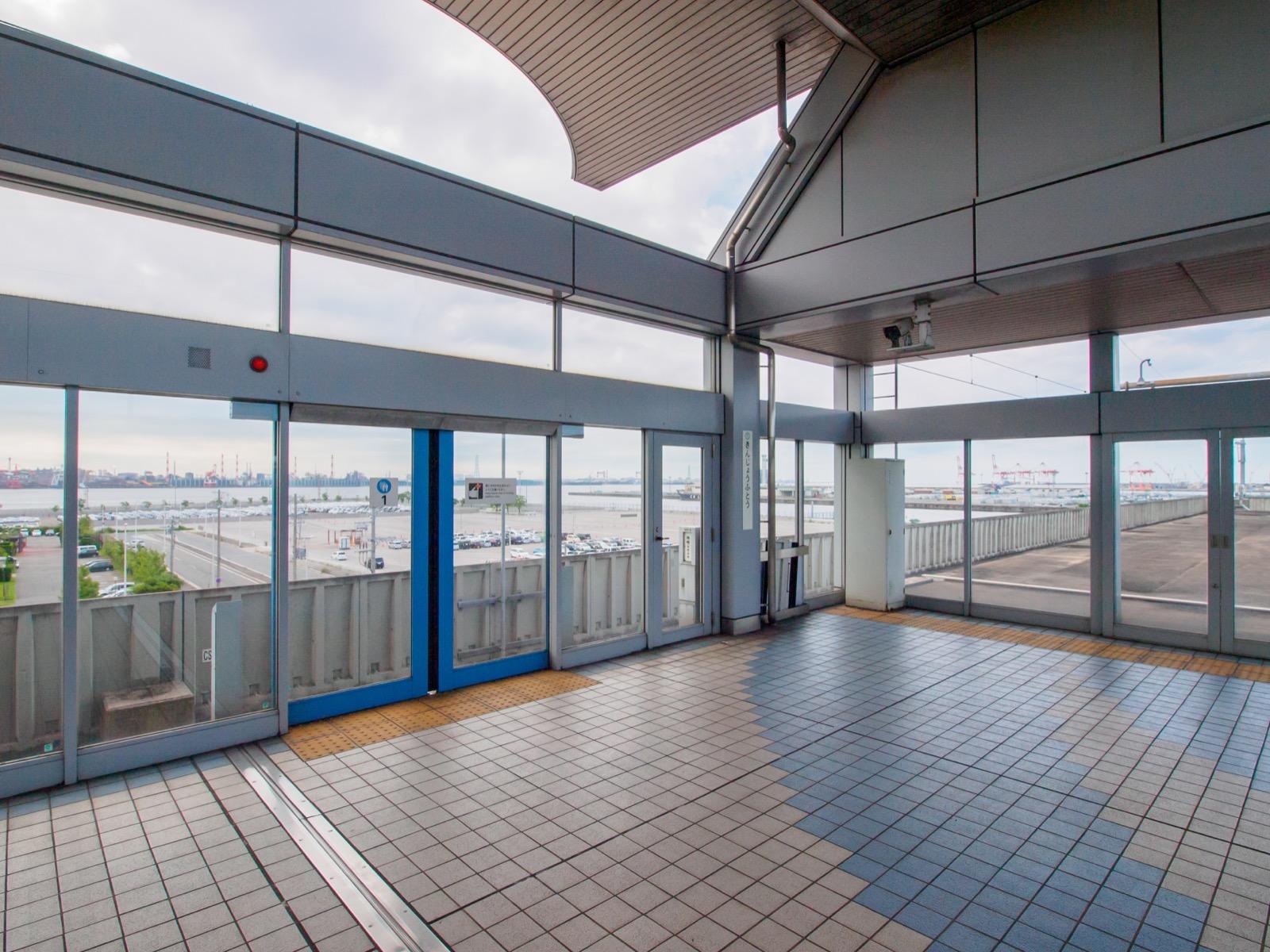 金城ふ頭駅のホームの終端から見た名古屋港