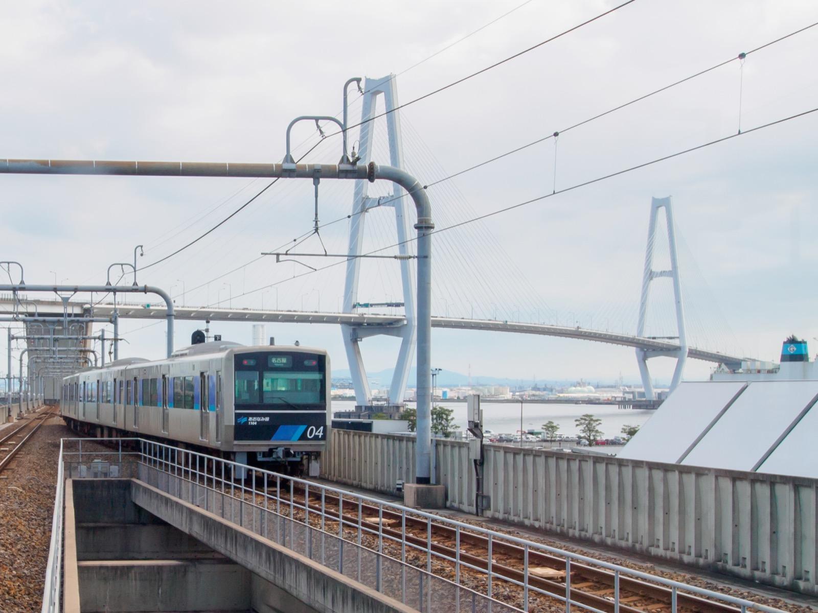 金城ふ頭駅のホームから見た名港中央大橋