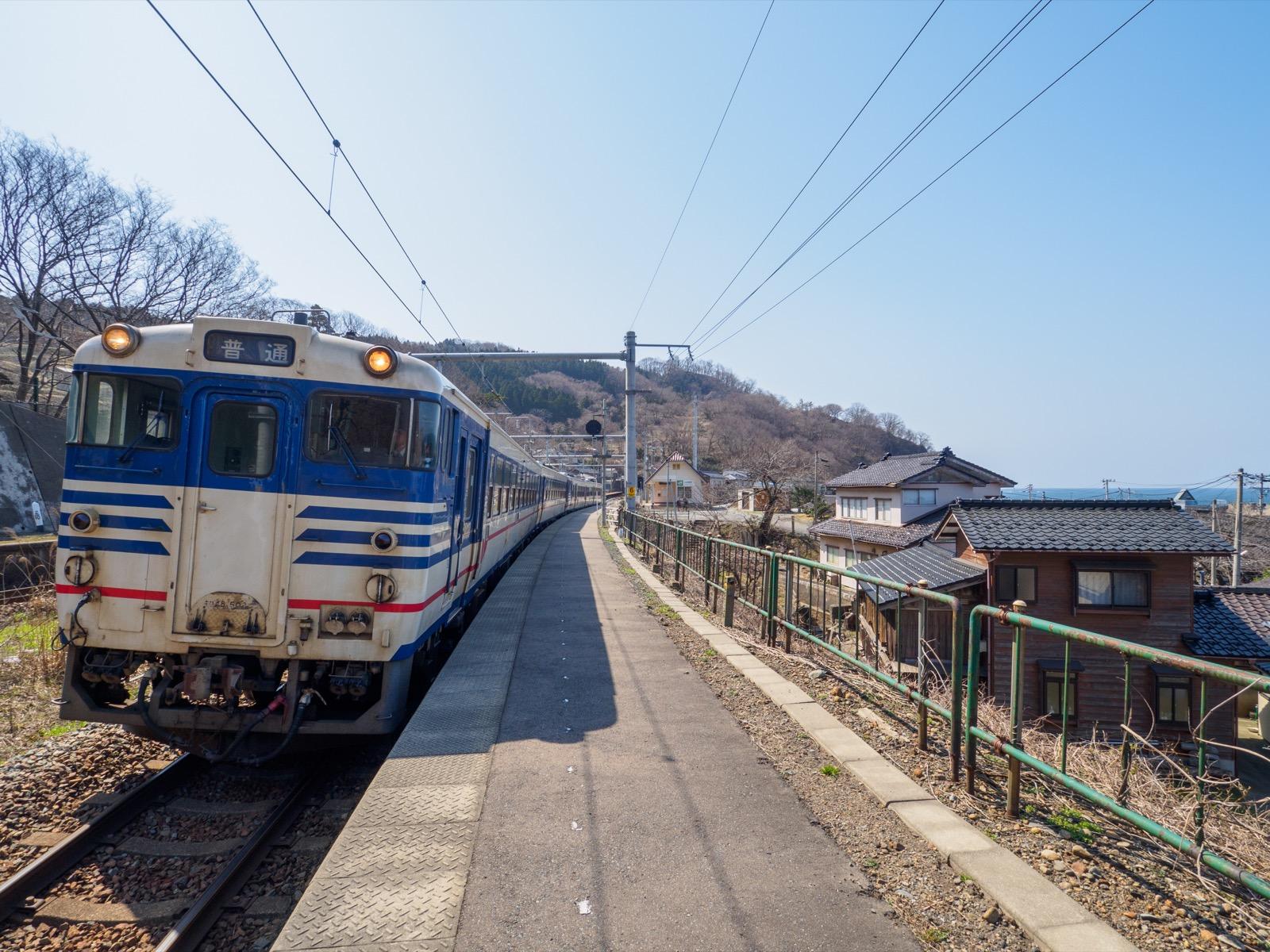 三瀬駅のホームに停まるキハ40