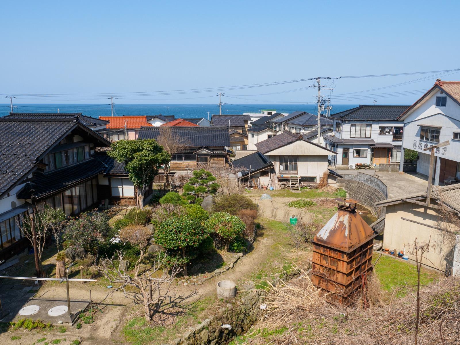 小波渡駅から見た集落と日本海