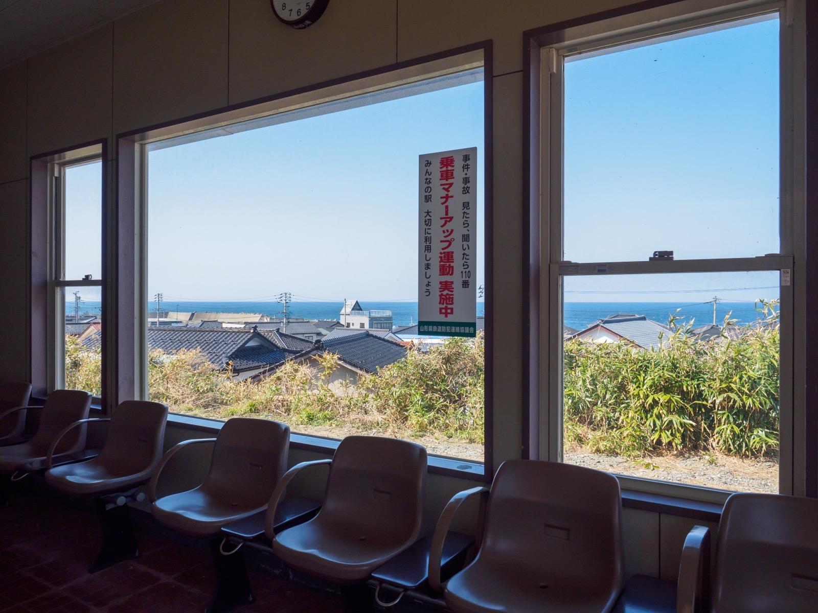 小波渡駅の待合室から見た日本海