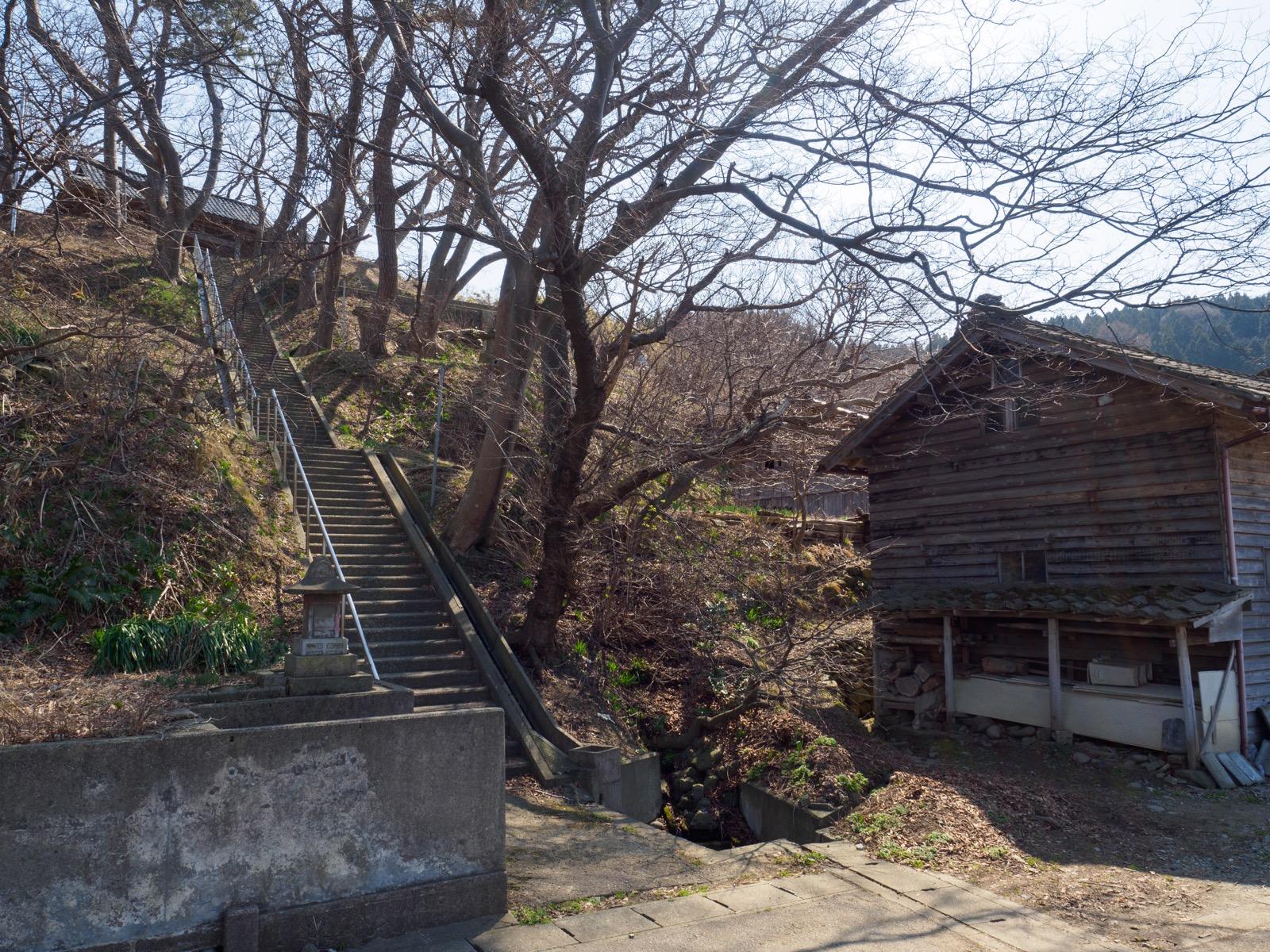 小波渡駅の隣りにある神社