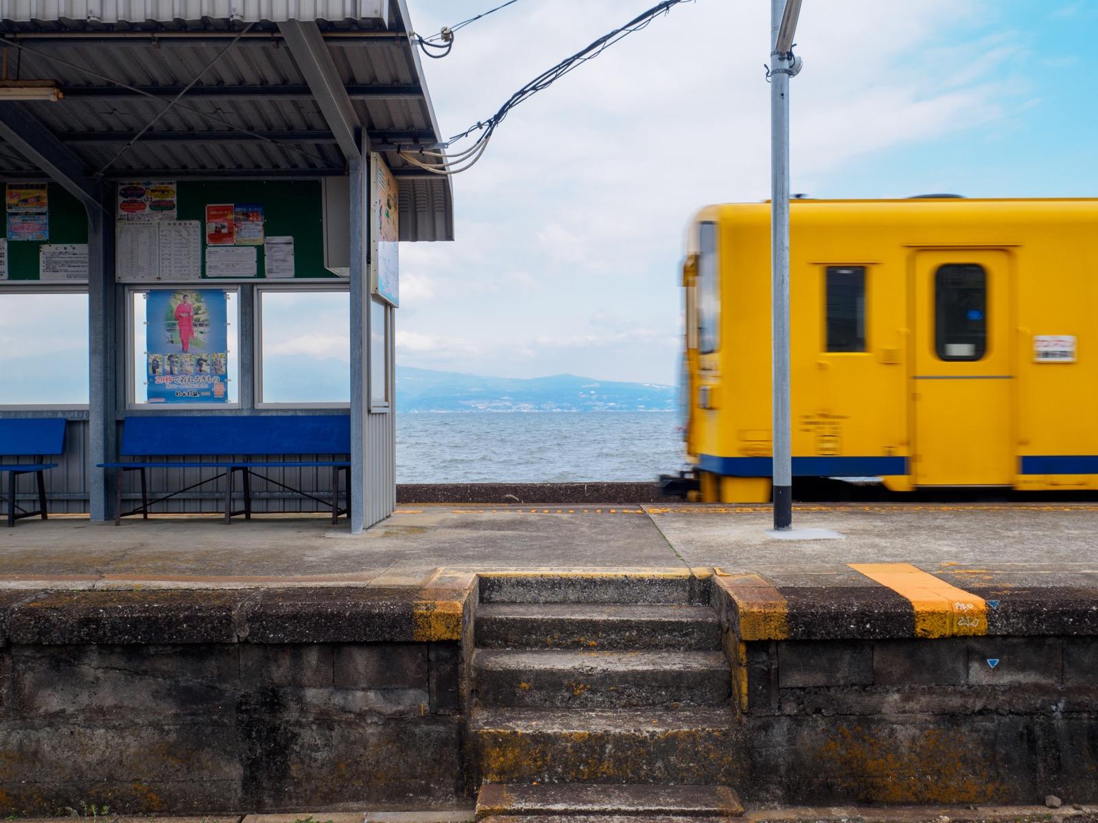 古部駅を通過する列車