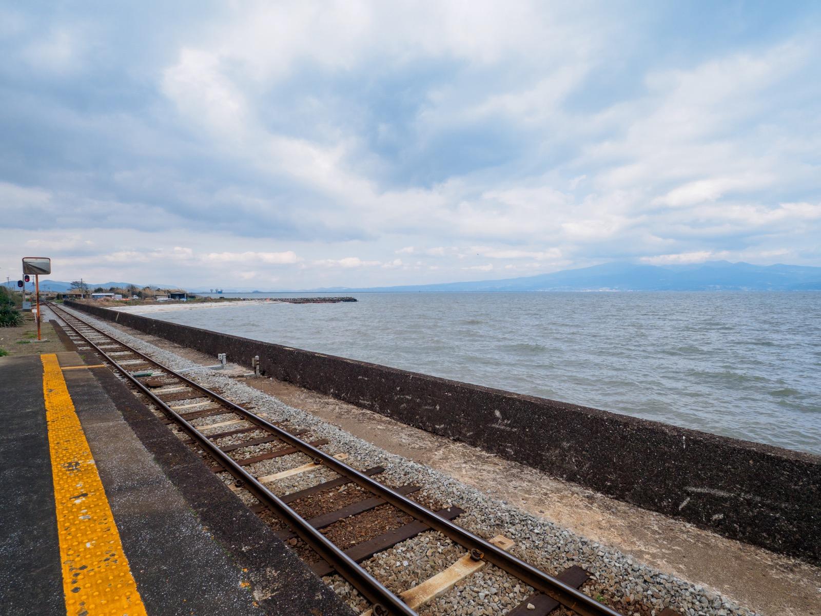 古部駅のホームから見る諫早湾と多良岳