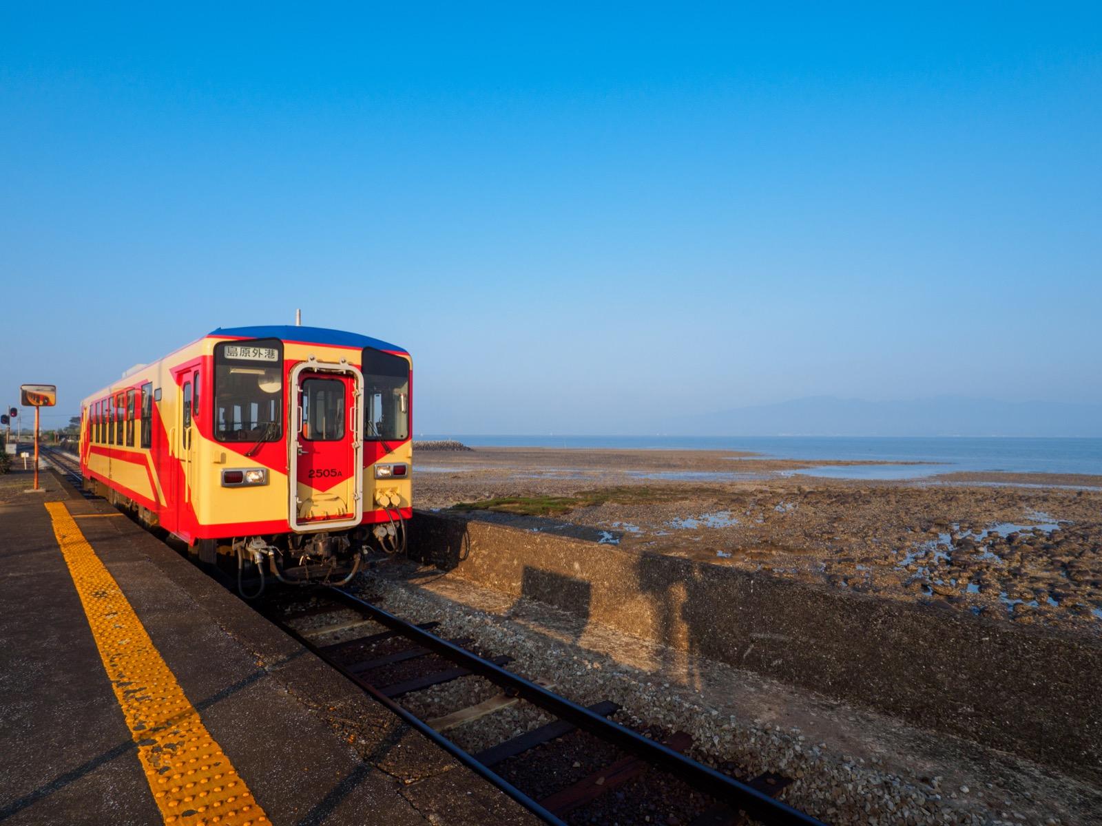 古部駅に到着する「赤パンツ」塗装の車両