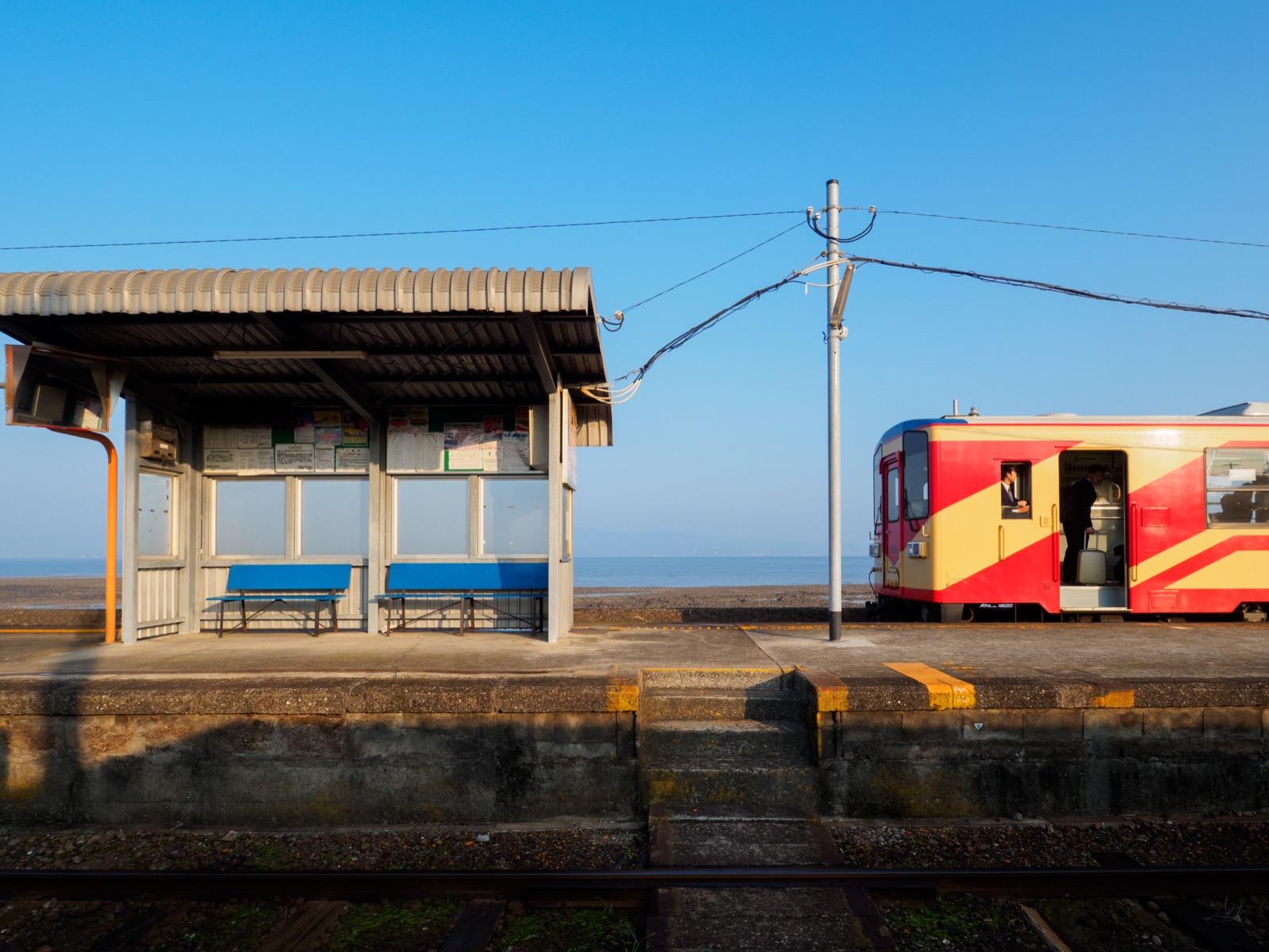 列車の到着した古部駅のホームと諫早湾