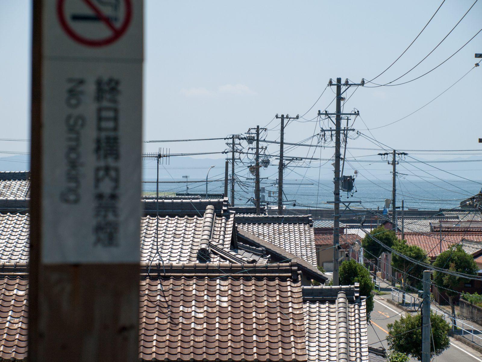 こどもの国駅のホームから見た三河湾