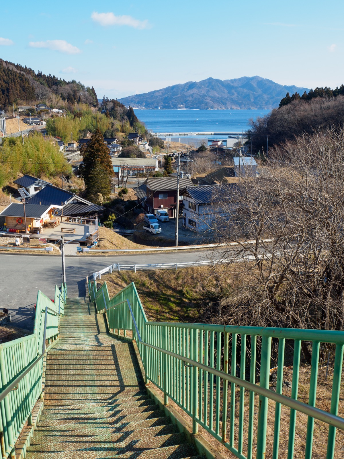 恋し浜駅のホームから続く長い階段(2016年2月)