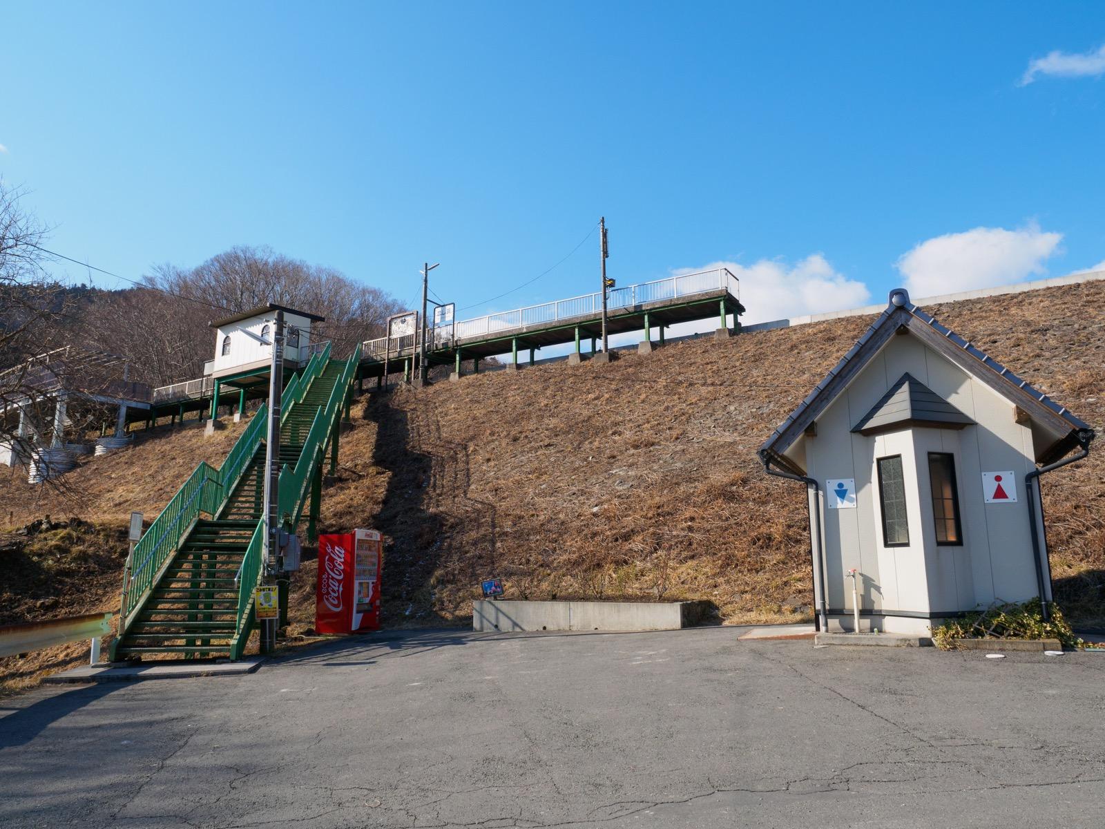 恋し浜駅のホームと駅前のトイレ(2016年2月)