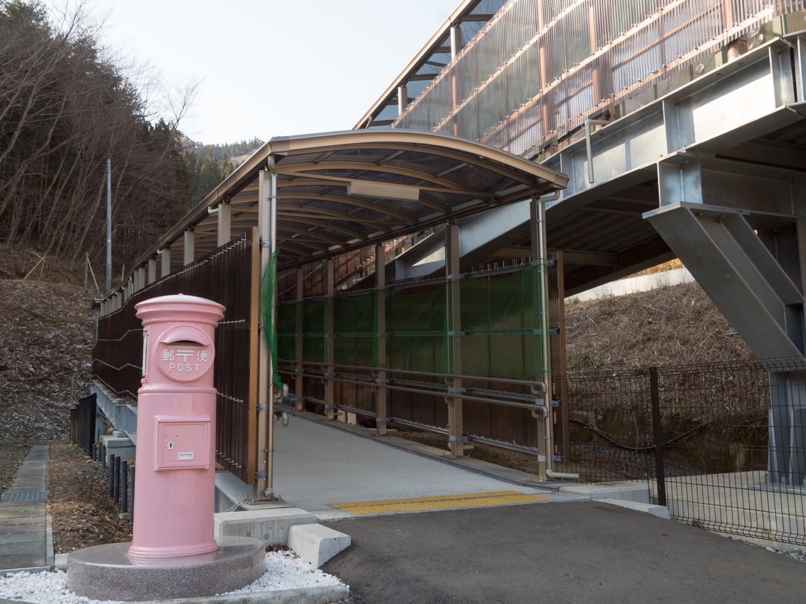 恋し浜駅に新設された南側の出入り口とピンク色のポスト(2016年2月)