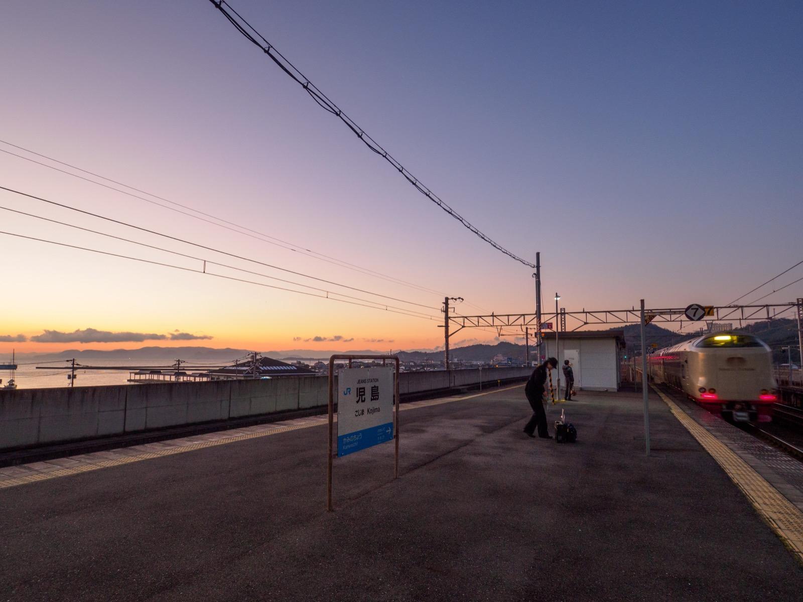 児島駅を出る寝台特急「サンライズ瀬戸」
