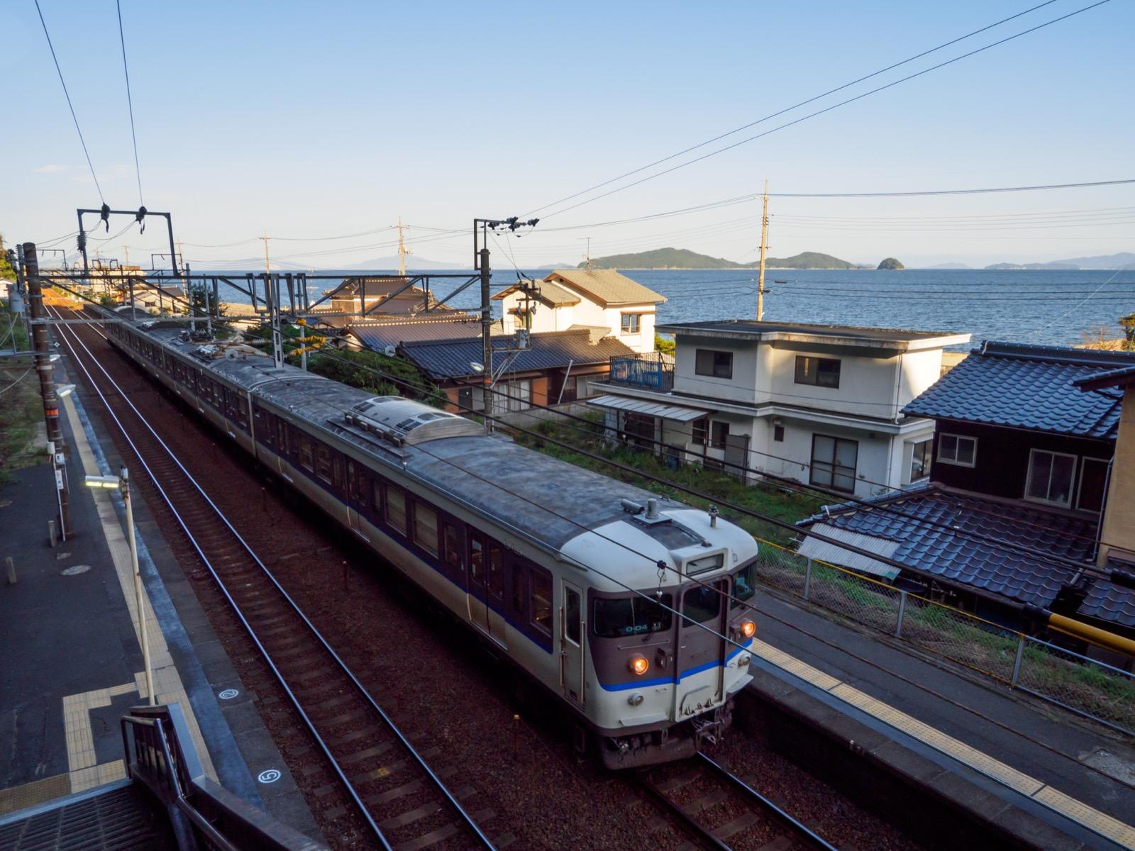 神代駅の跨線橋から見たホームと瀬戸内海
