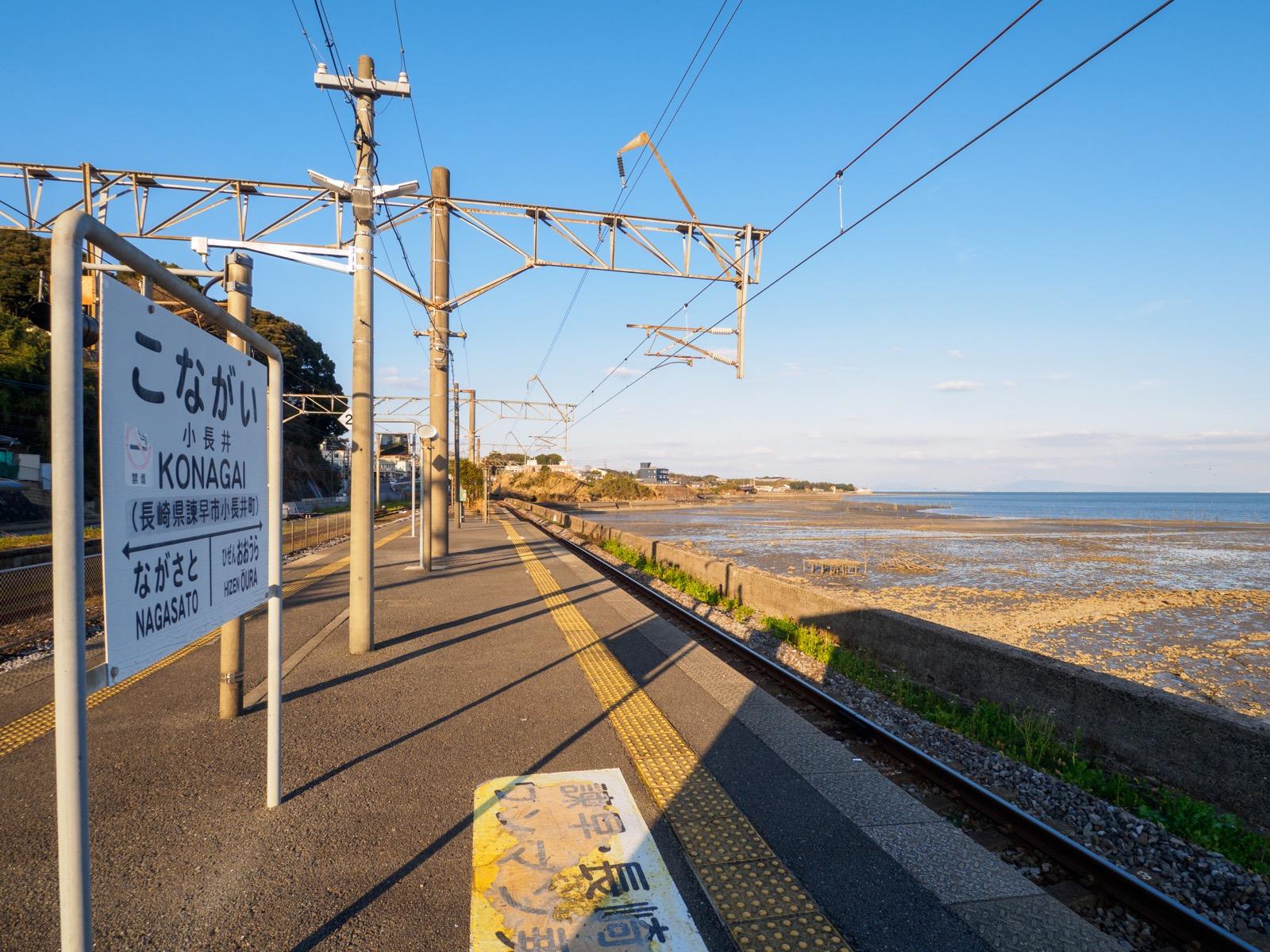 小長井駅のホームと諫早湾