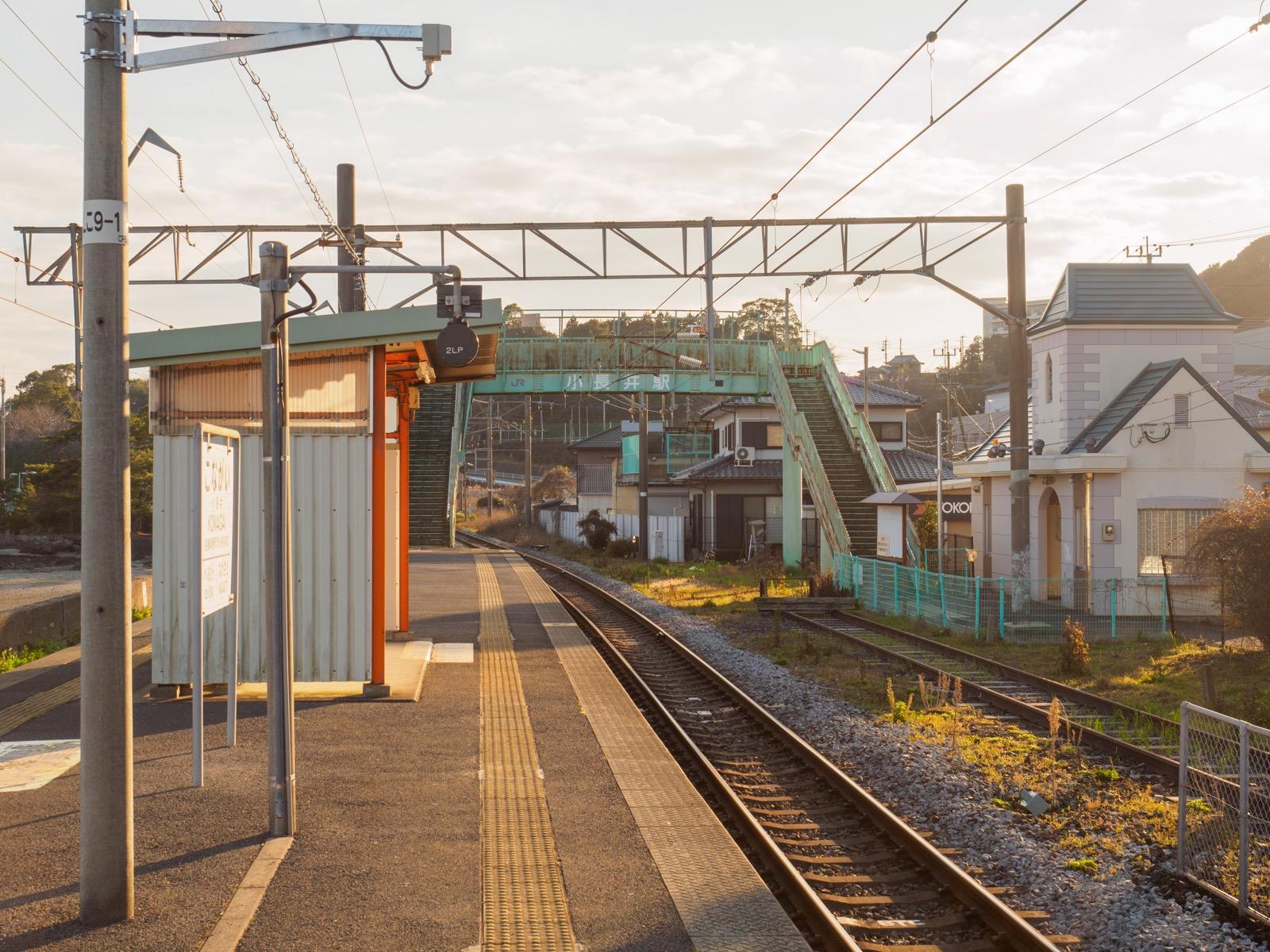 夕暮れ時の小長井駅のホーム