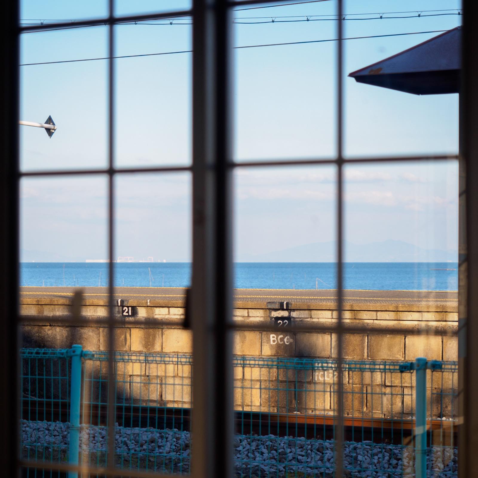 小長井駅の駅舎から見た諫早湾
