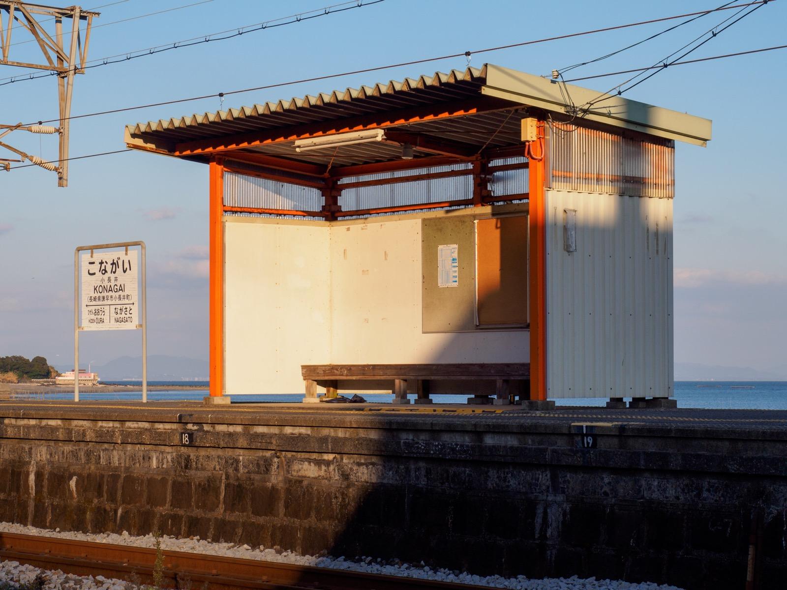 小長井駅の駅名標とベンチ