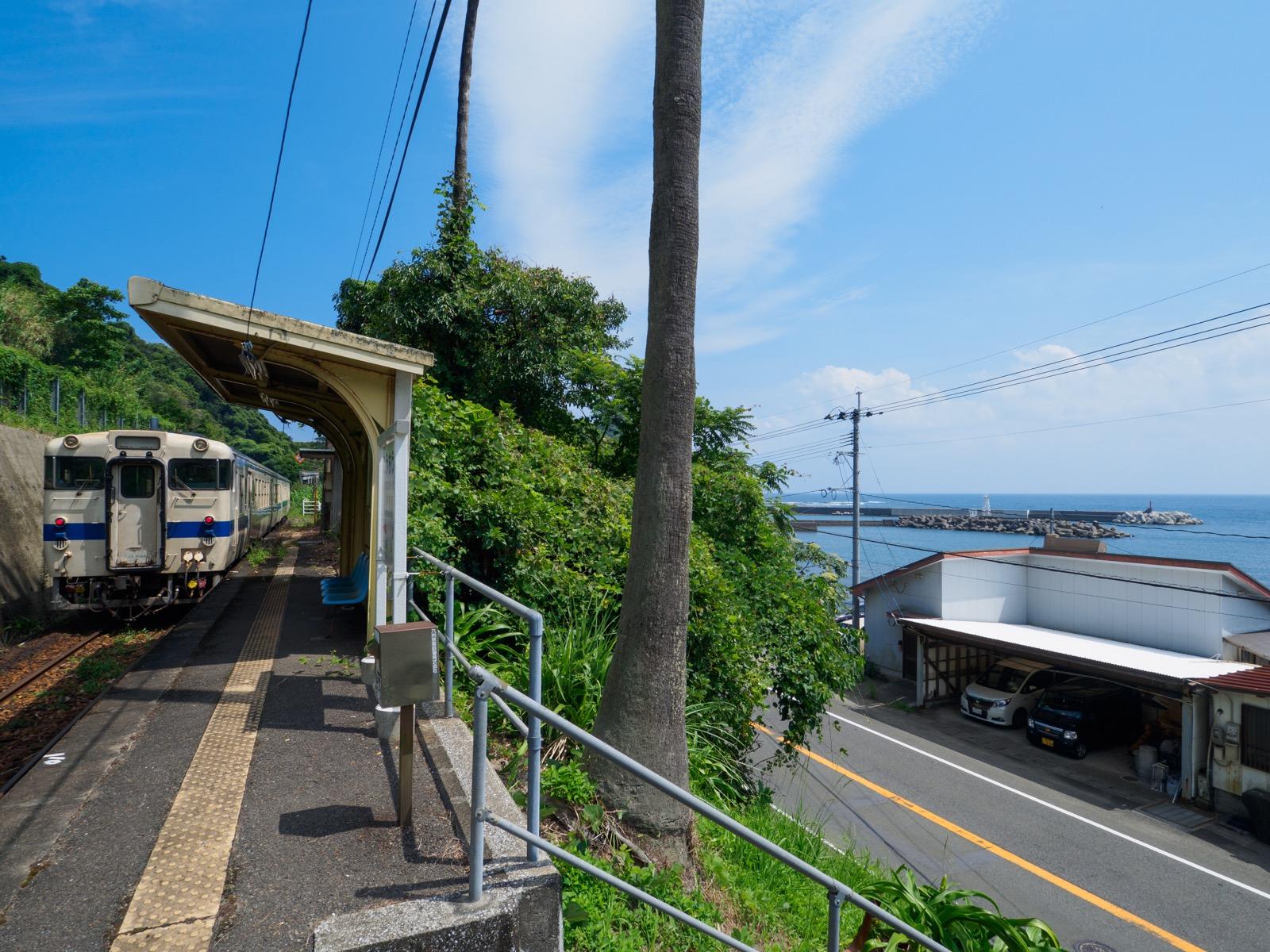 小内海駅のホームと太平洋